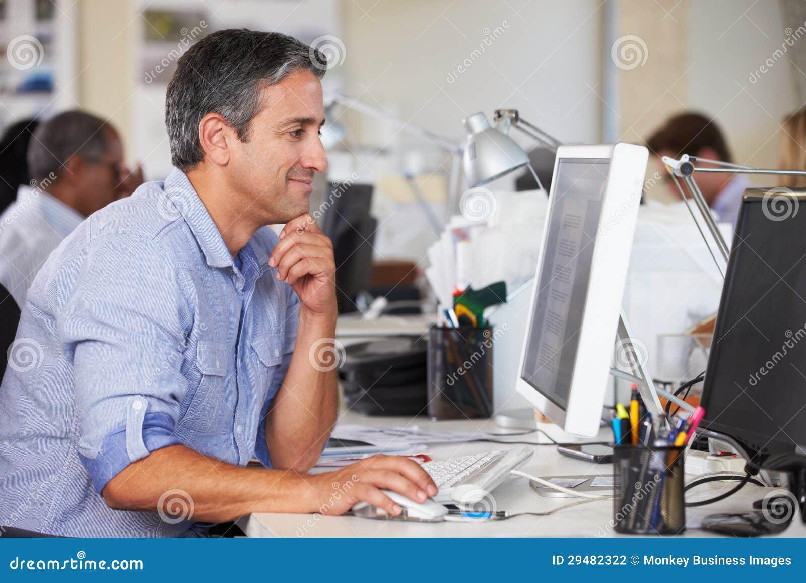Homme travaillant au bureau dans le bureau créatif occupé