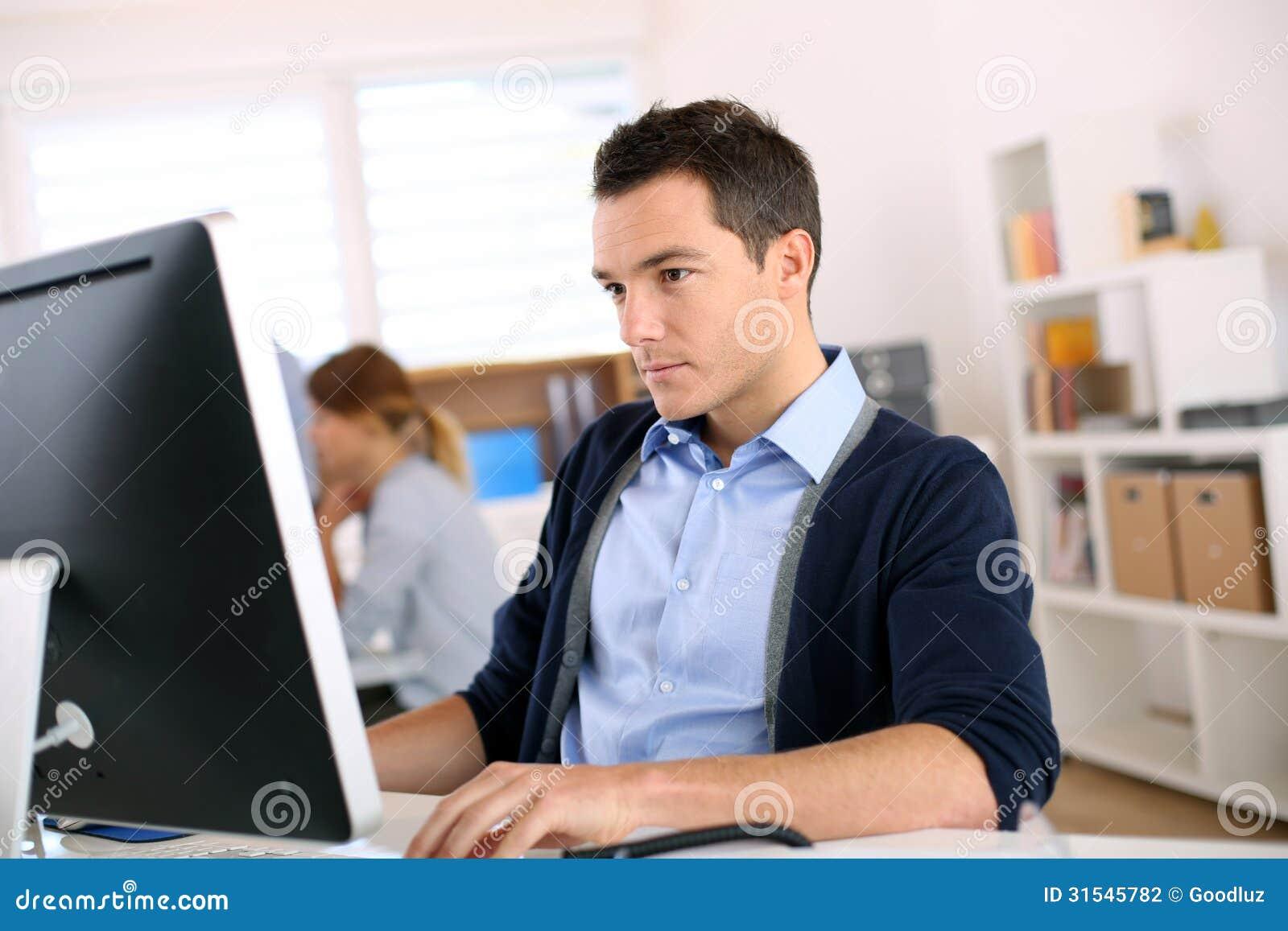 homme travaillant dans le bureau photographie stock image 31545782. Black Bedroom Furniture Sets. Home Design Ideas
