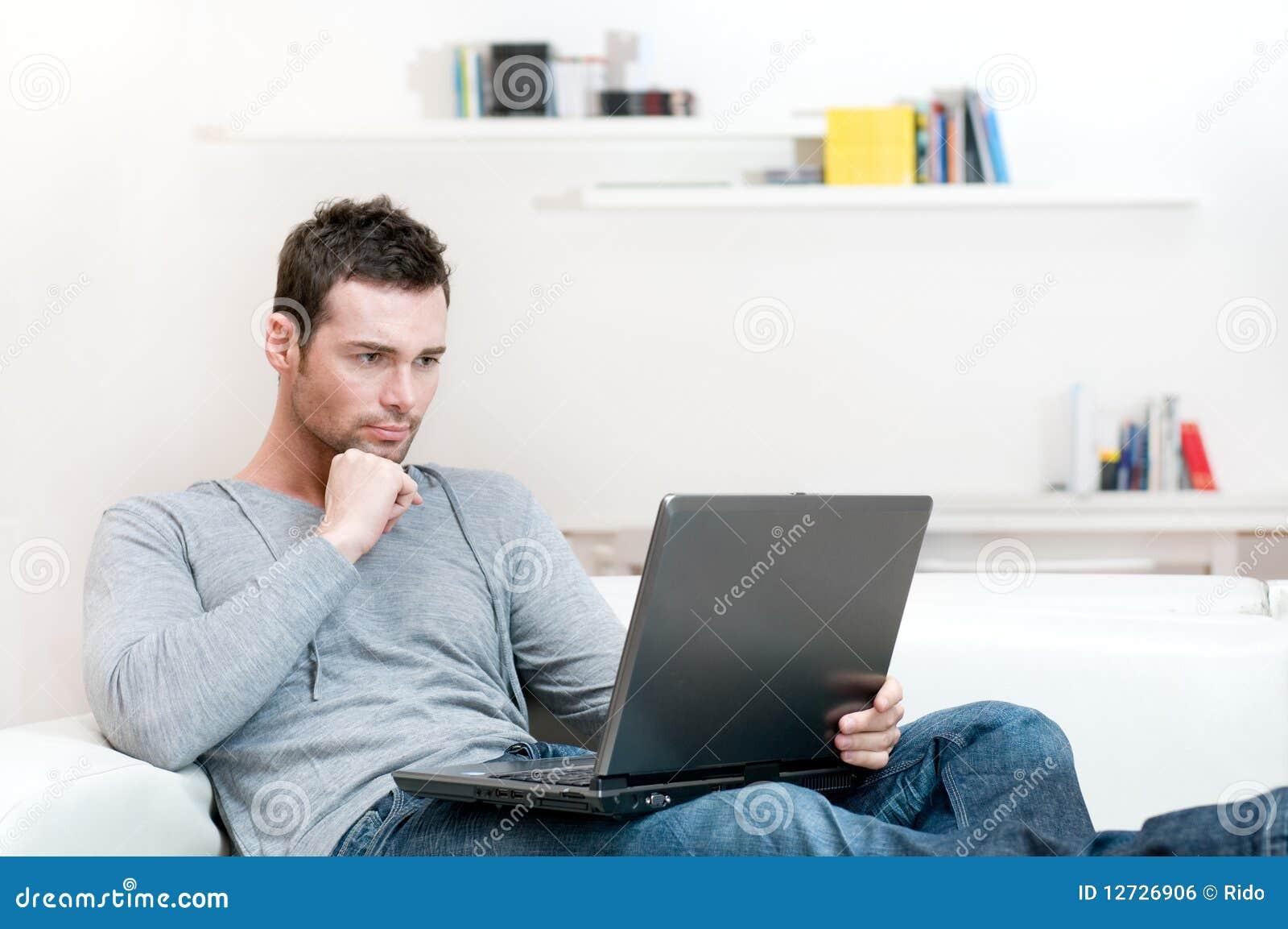 Homme travaillant sur l ordinateur portatif