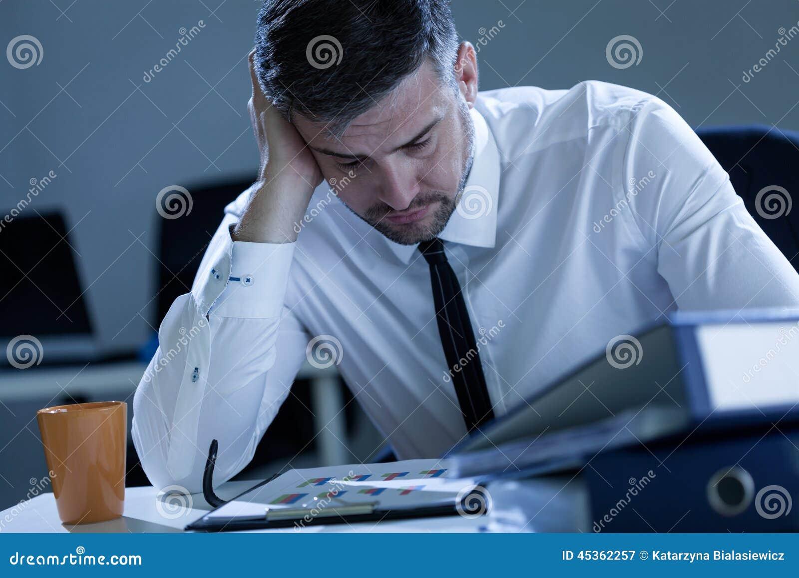 Homme travaillant tard au bureau