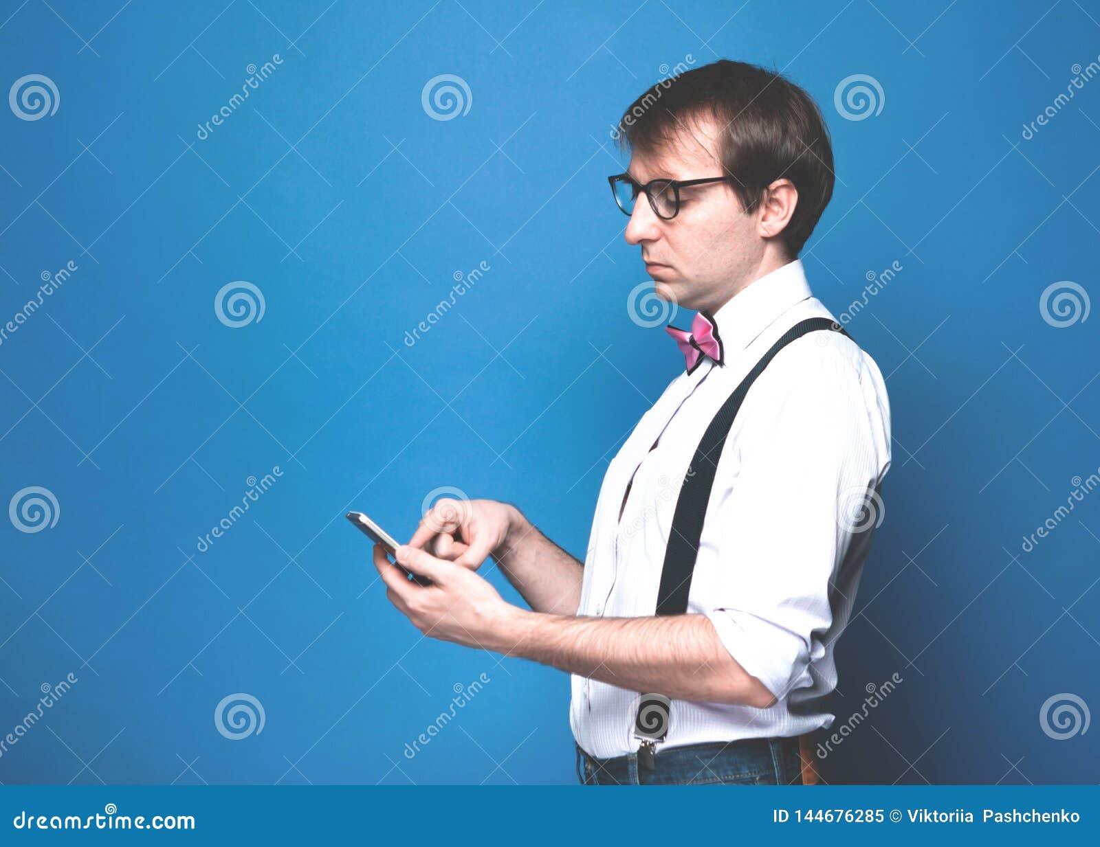 Homme utilisant le smartphone sur le fond bleu