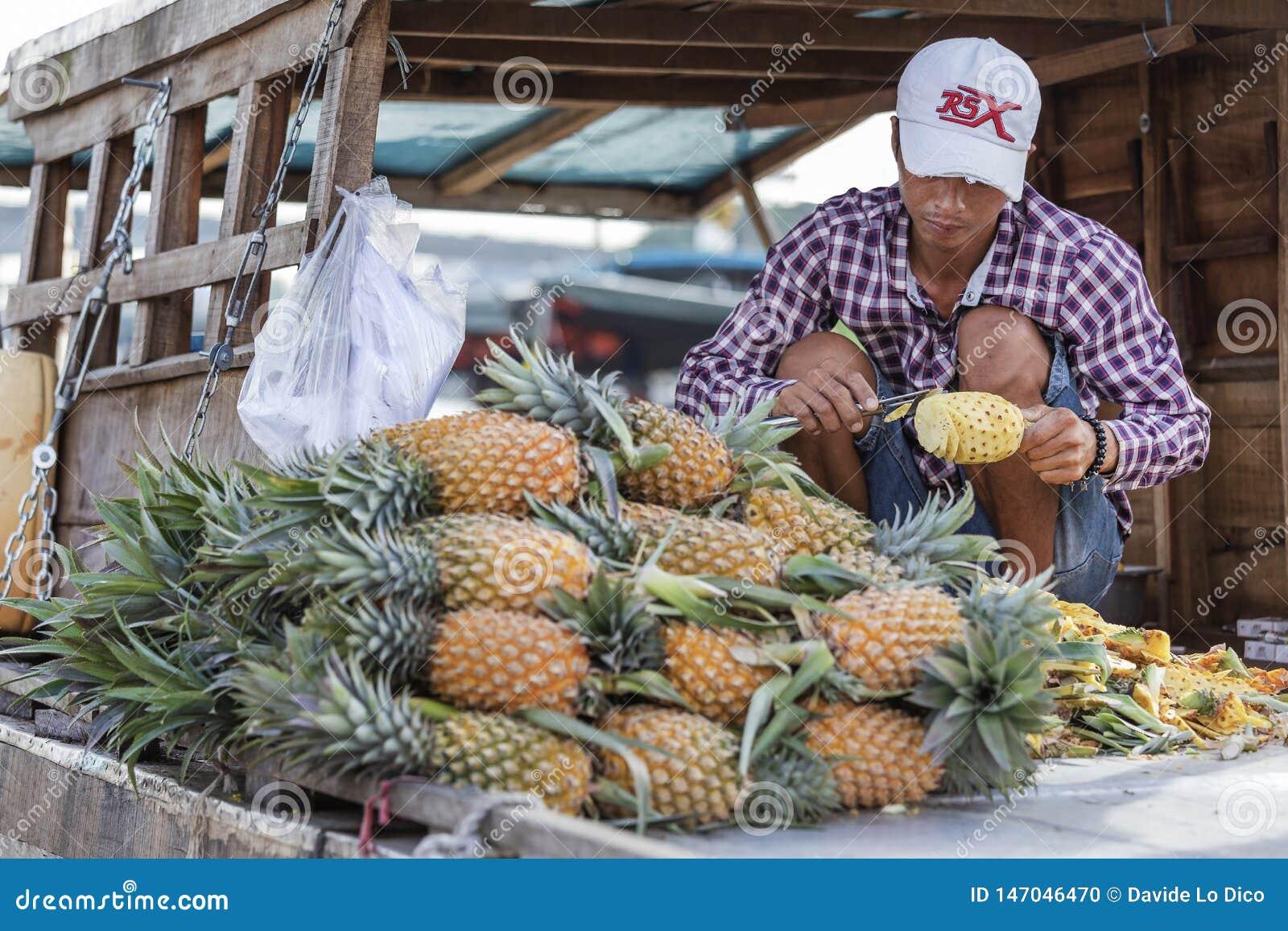 Homme vietnamien vendant l ananas