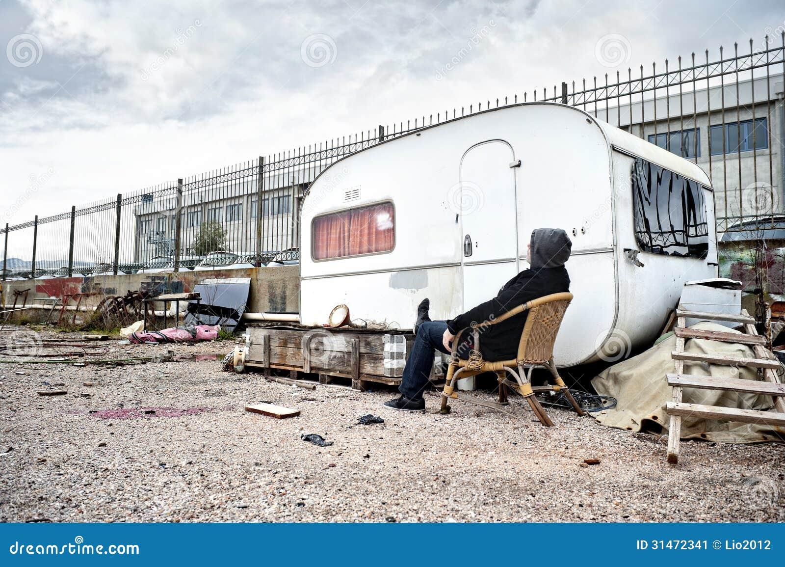 homme vivant dans une caravane image stock image du home vivre 31472341. Black Bedroom Furniture Sets. Home Design Ideas