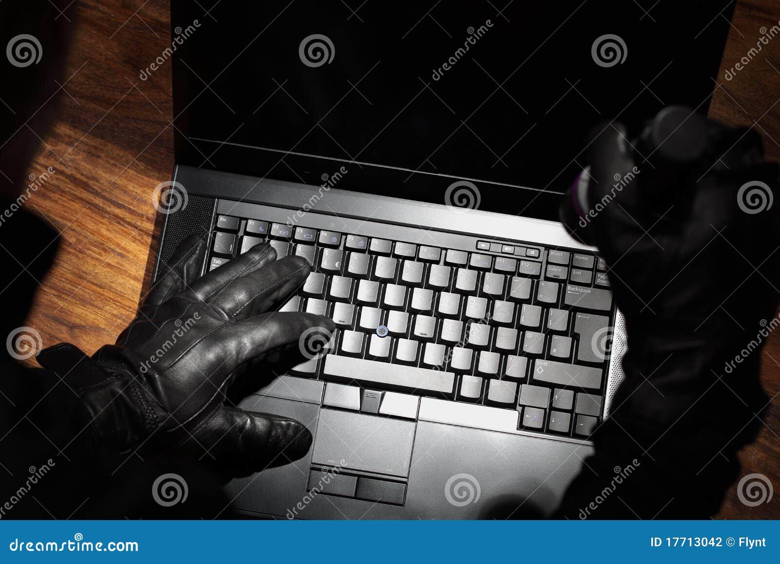 Homme volant des données d un ordinateur portatif