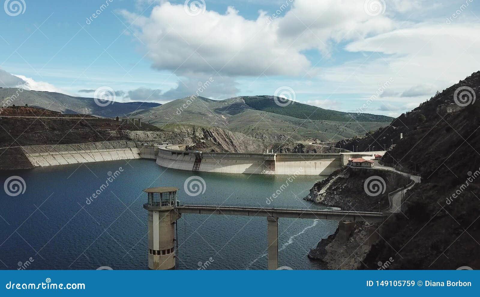 Hommelmening van Atazar Reservoir, Madrid, Spanje