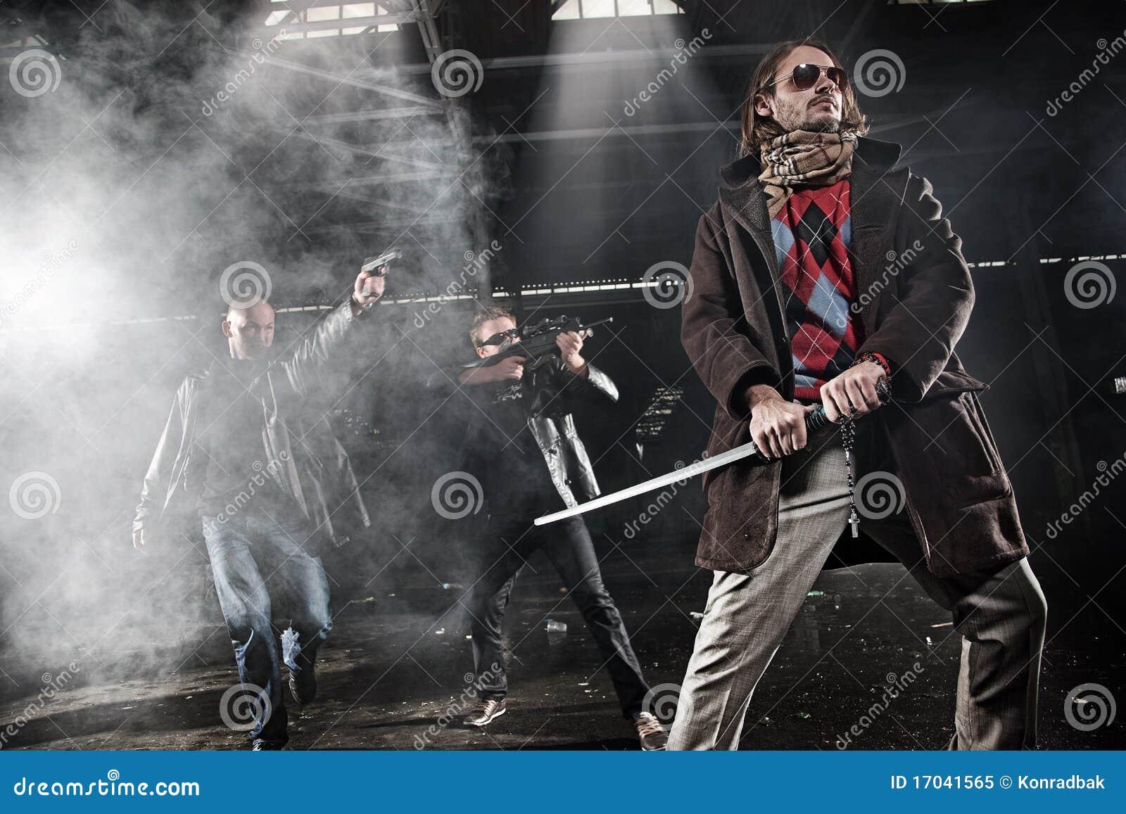 Hommes agressifs avec des armes
