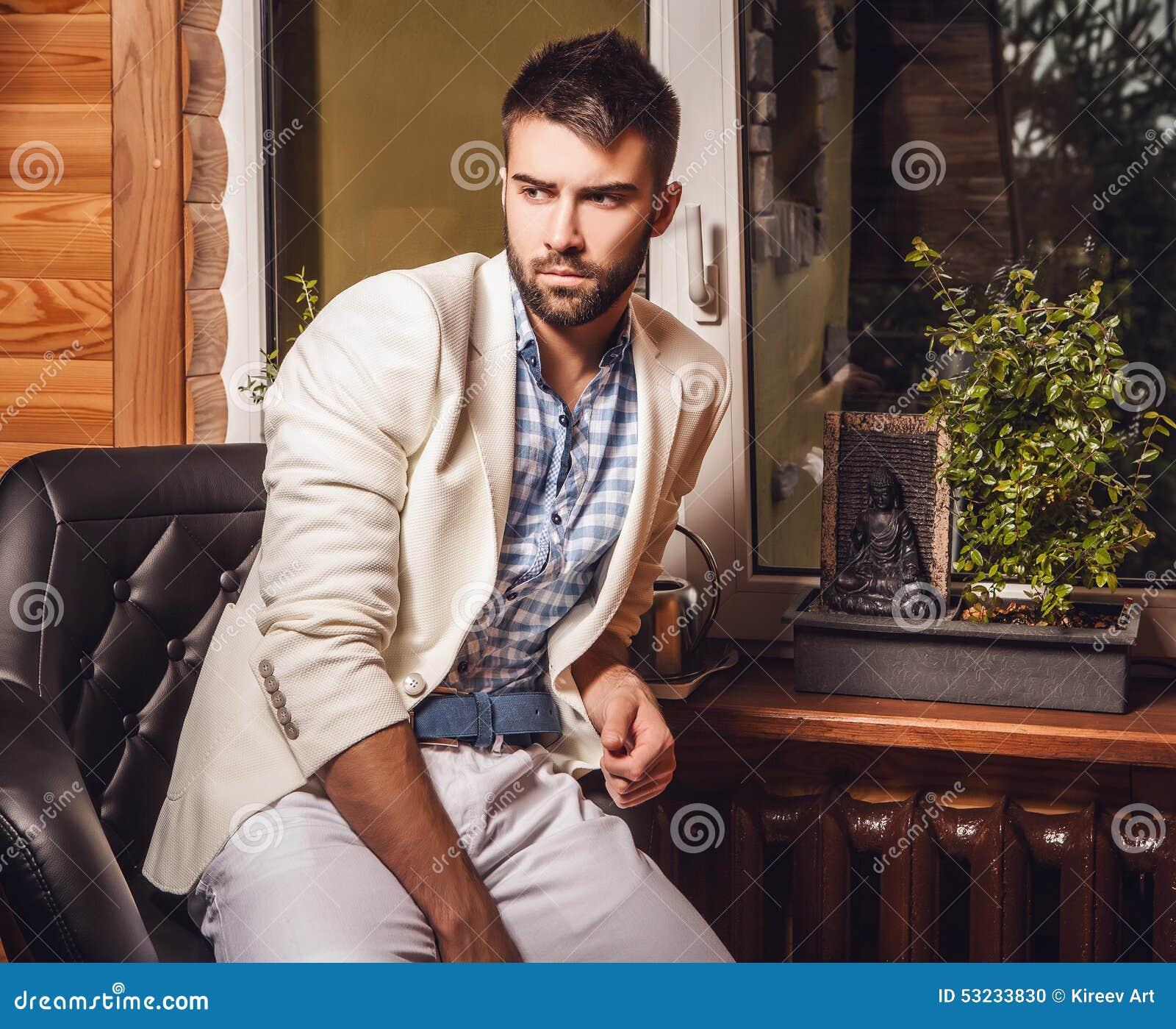 Hommes attirants d intérieur Photo en gros plan