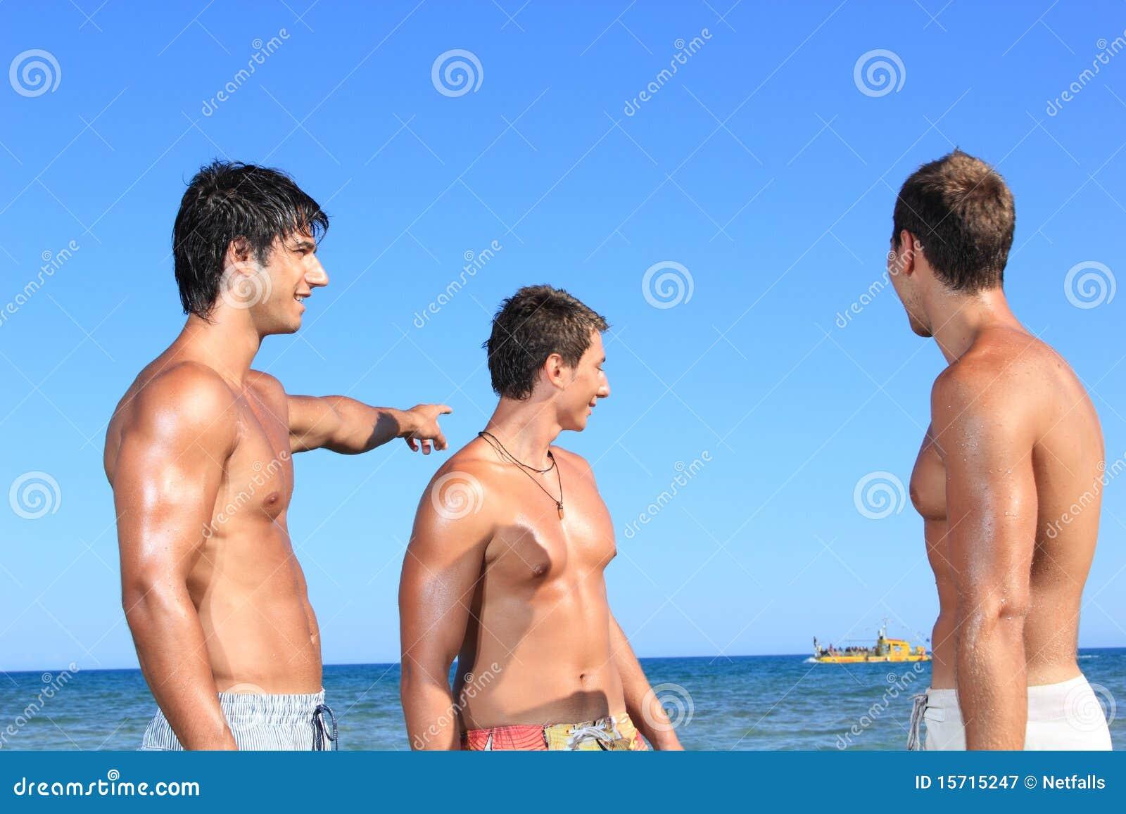 Hommes détendant sur la plage