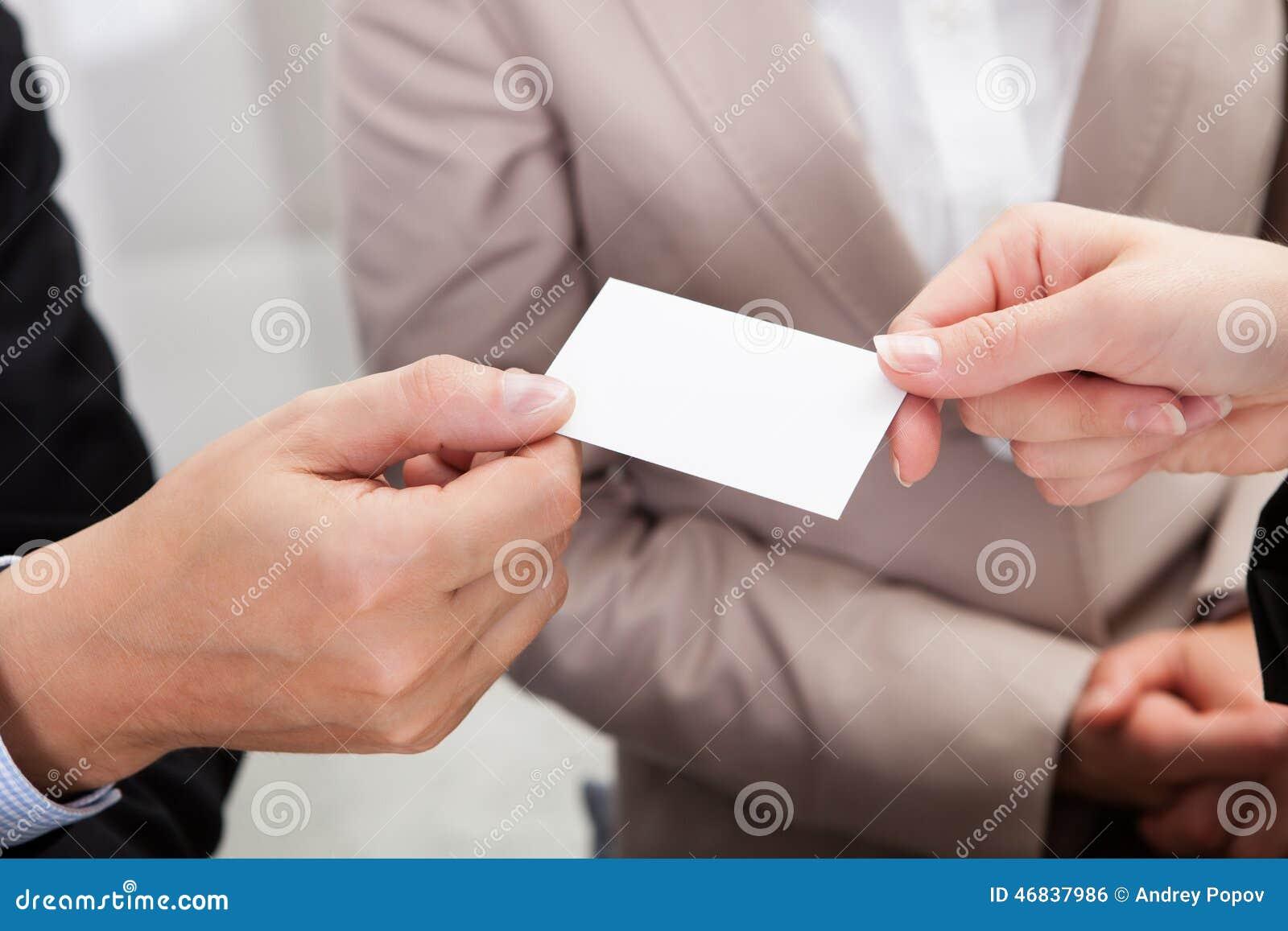 Hommes d affaires échangeant des cartes au-dessus de café