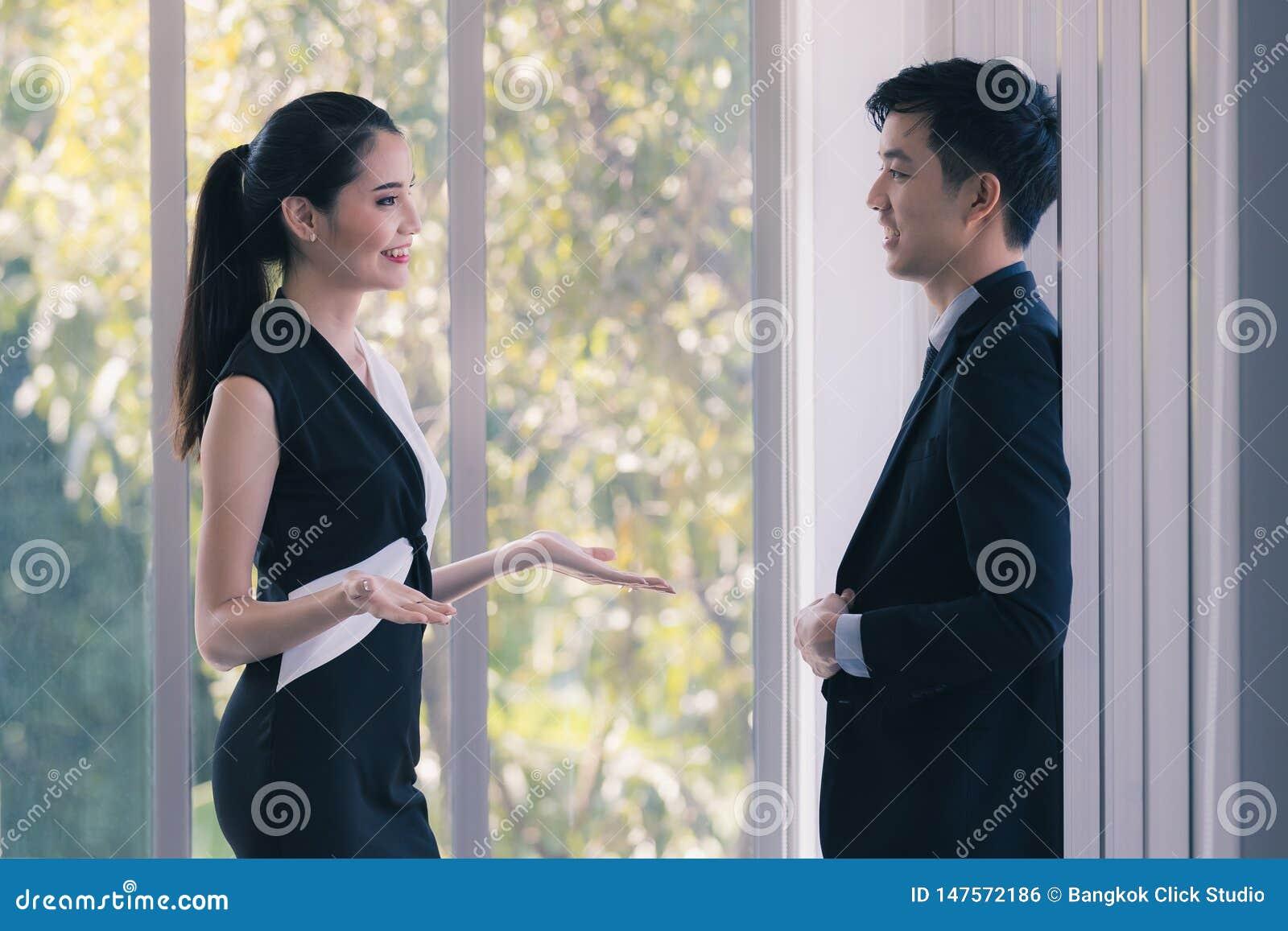 Hommes d affaires asiatiques parlant ensemble dans le bureau