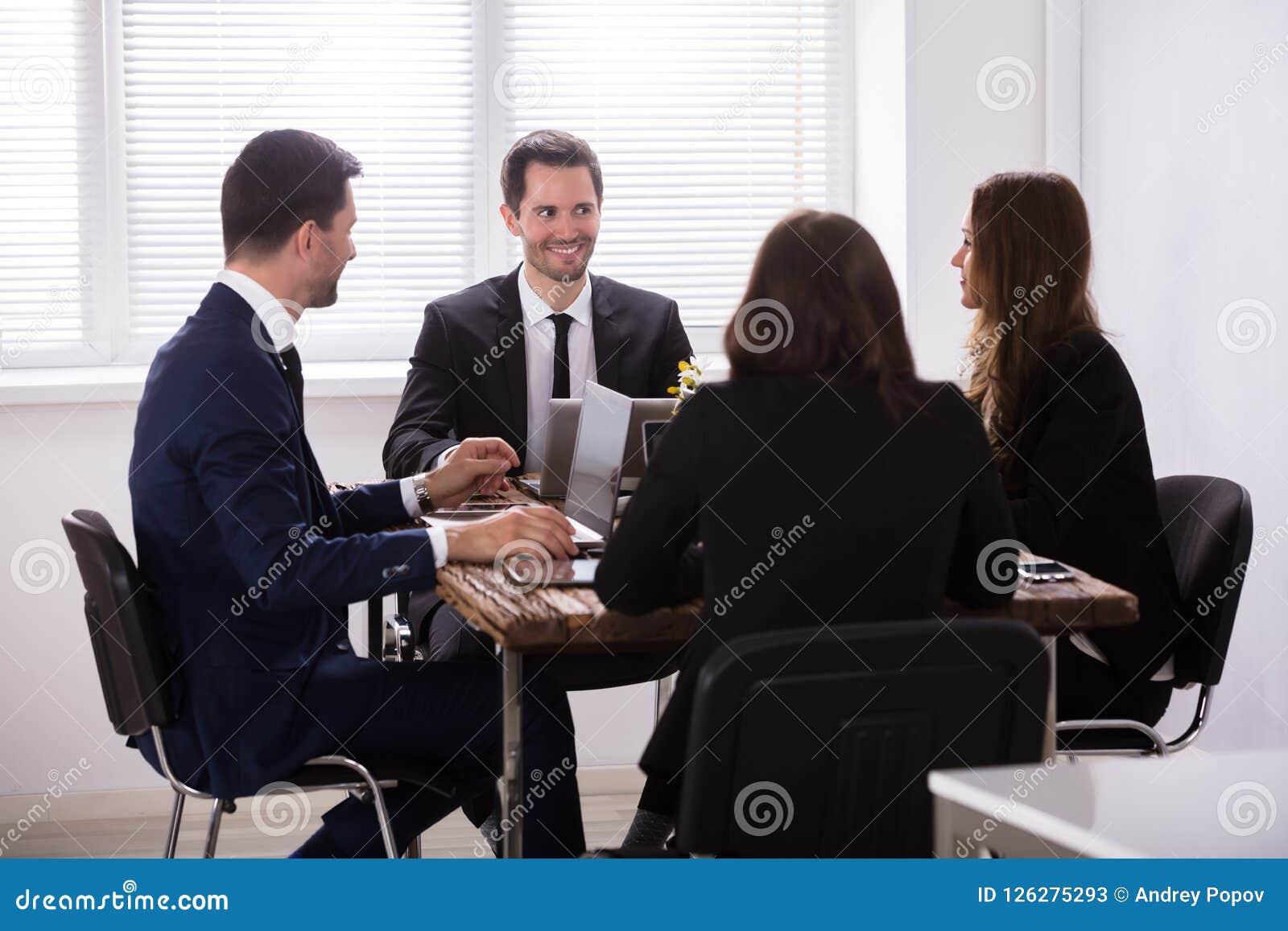 Hommes d affaires assistant à la réunion dans le bureau