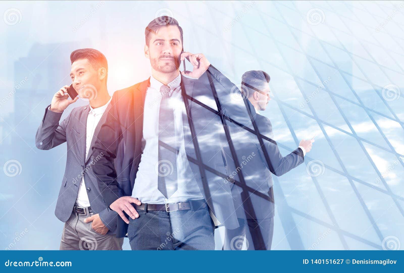 Hommes d affaires avec des smartphones dans la ville