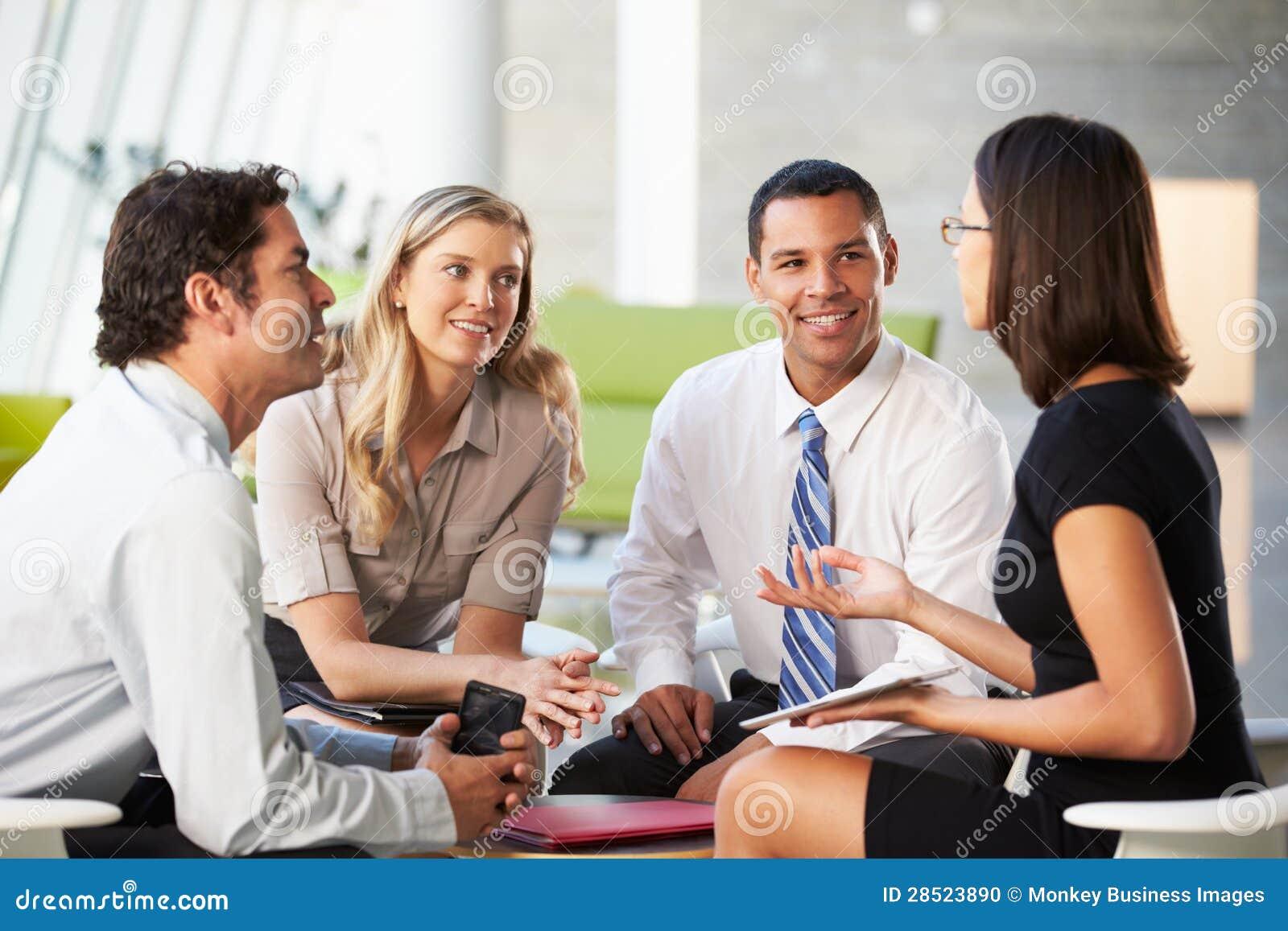 Hommes d affaires avec la tablette de Digitals ayant le contact dans le bureau
