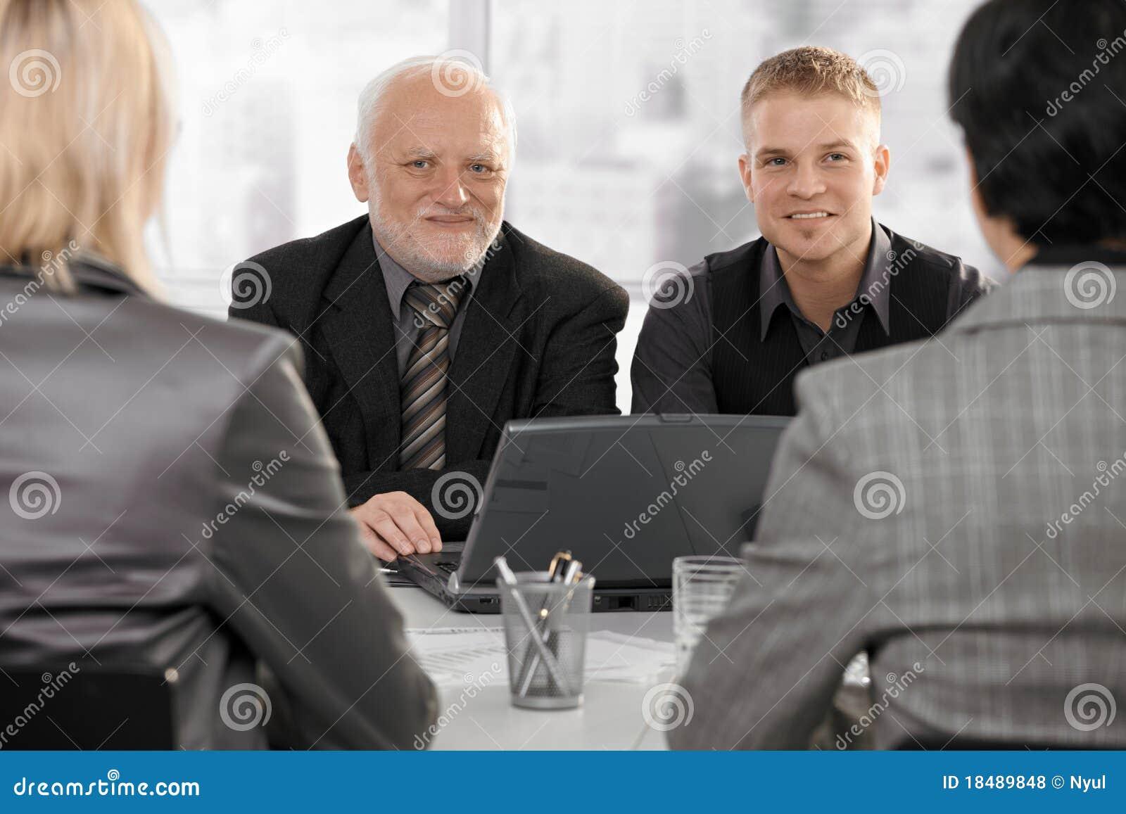 Hommes d affaires contactant des femmes d affaires