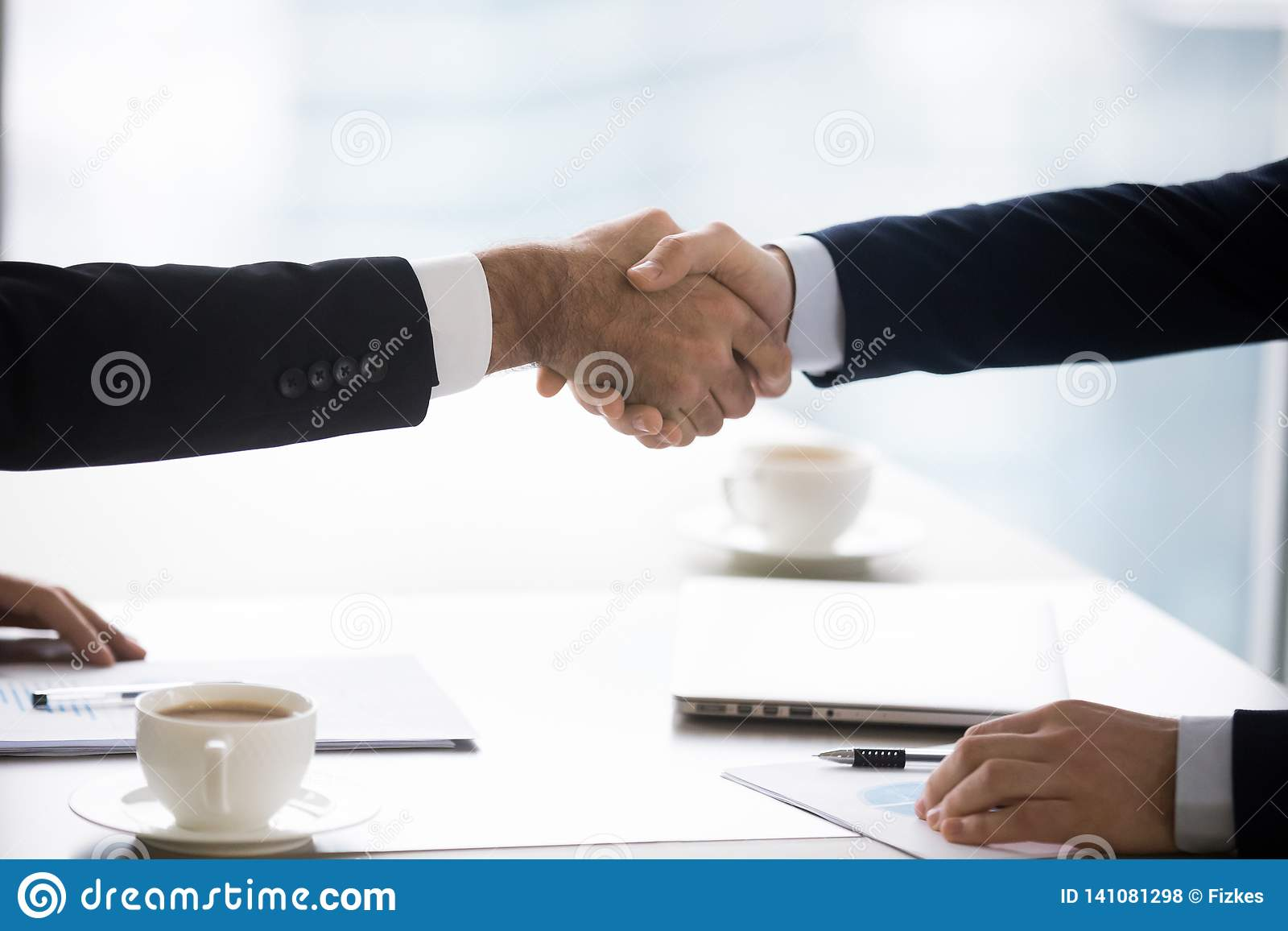 Hommes d affaires dans la poignée de main de costumes après affaire réussie de fermeture de négociation, plan rapproché