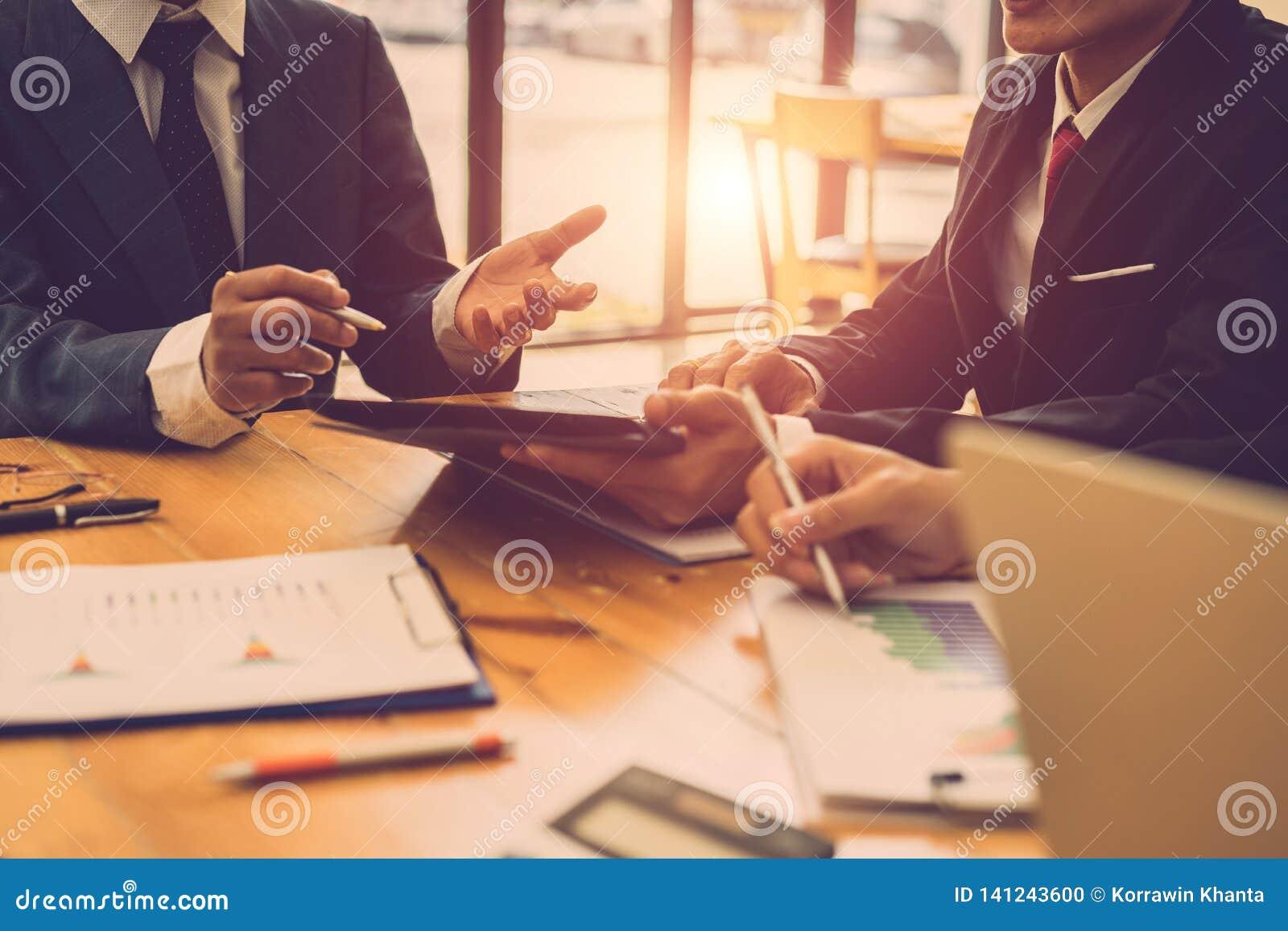 Hommes d affaires discutant ensemble en se réunissant Planification d investissement productif, partageant des idées