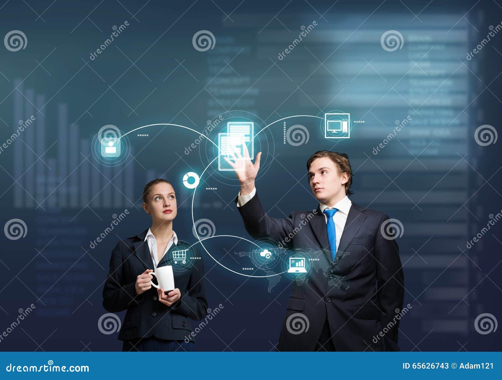 Hommes d affaires employant des technologies modernes