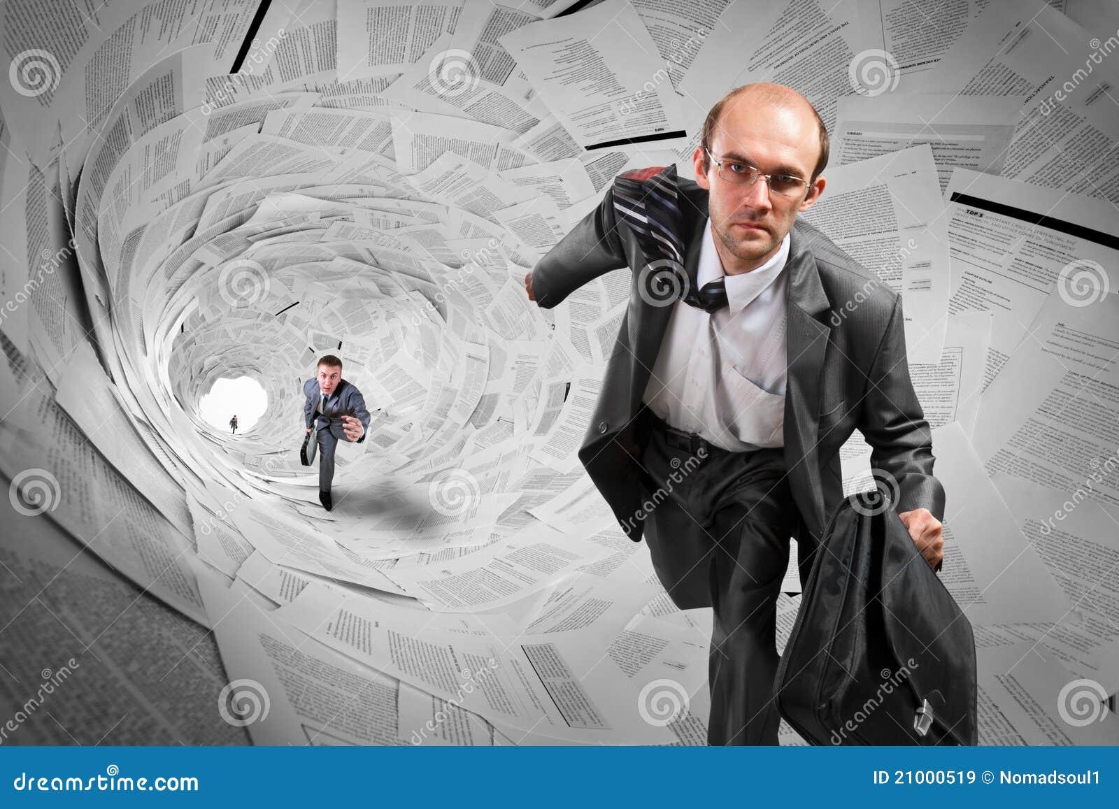 Hommes d affaires exécutant le tunnel intérieur de documents