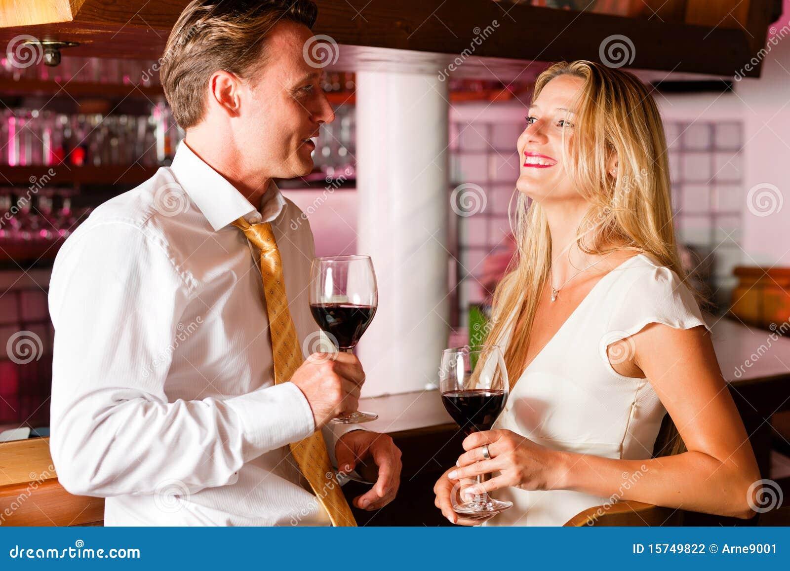 Hommes d affaires flirtant dans le bar d hôtel