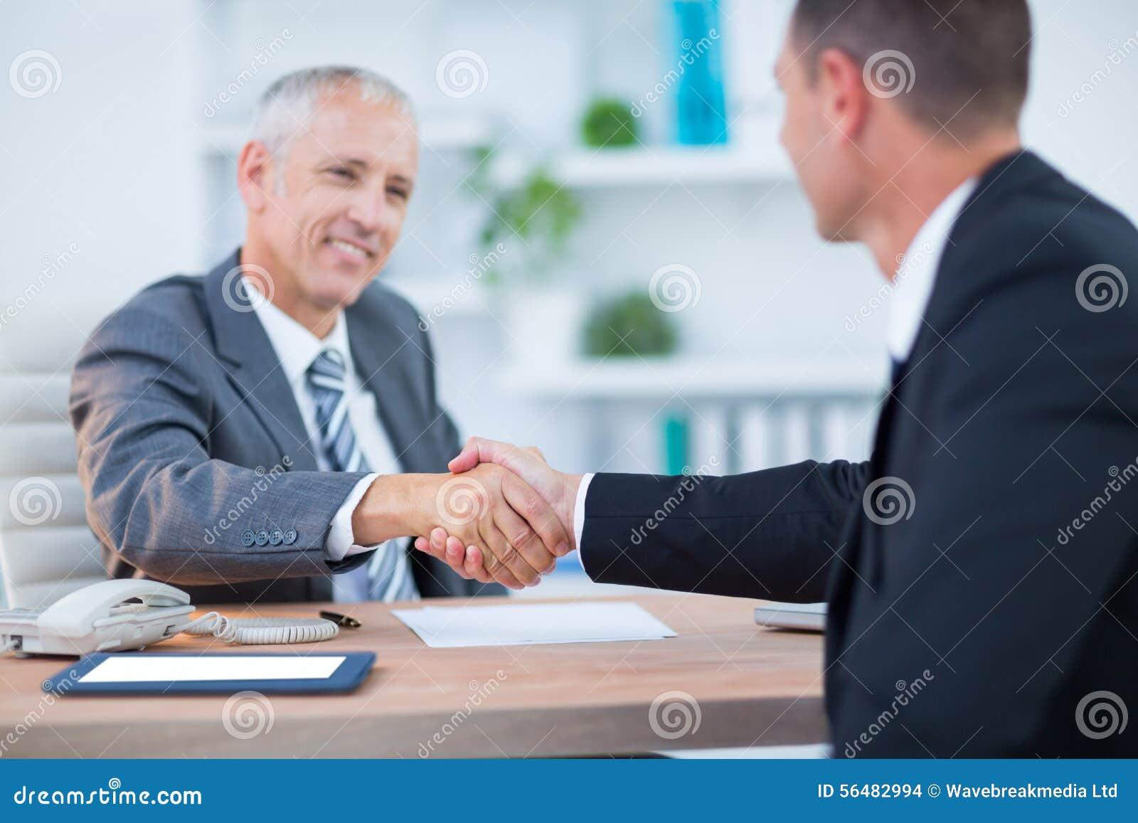 Hommes d affaires heureux se serrant la main