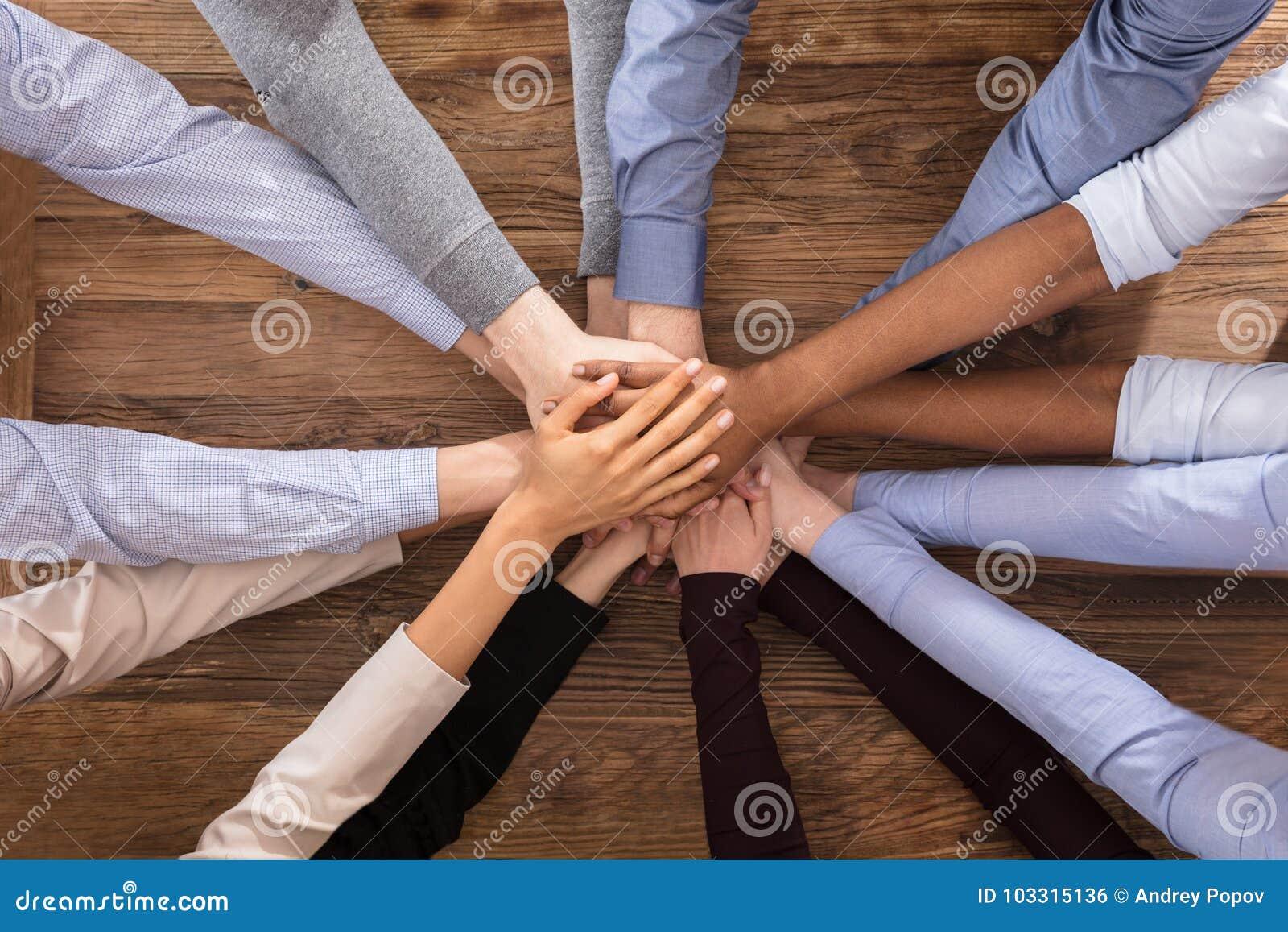Hommes d affaires multiraciaux empilant leurs mains