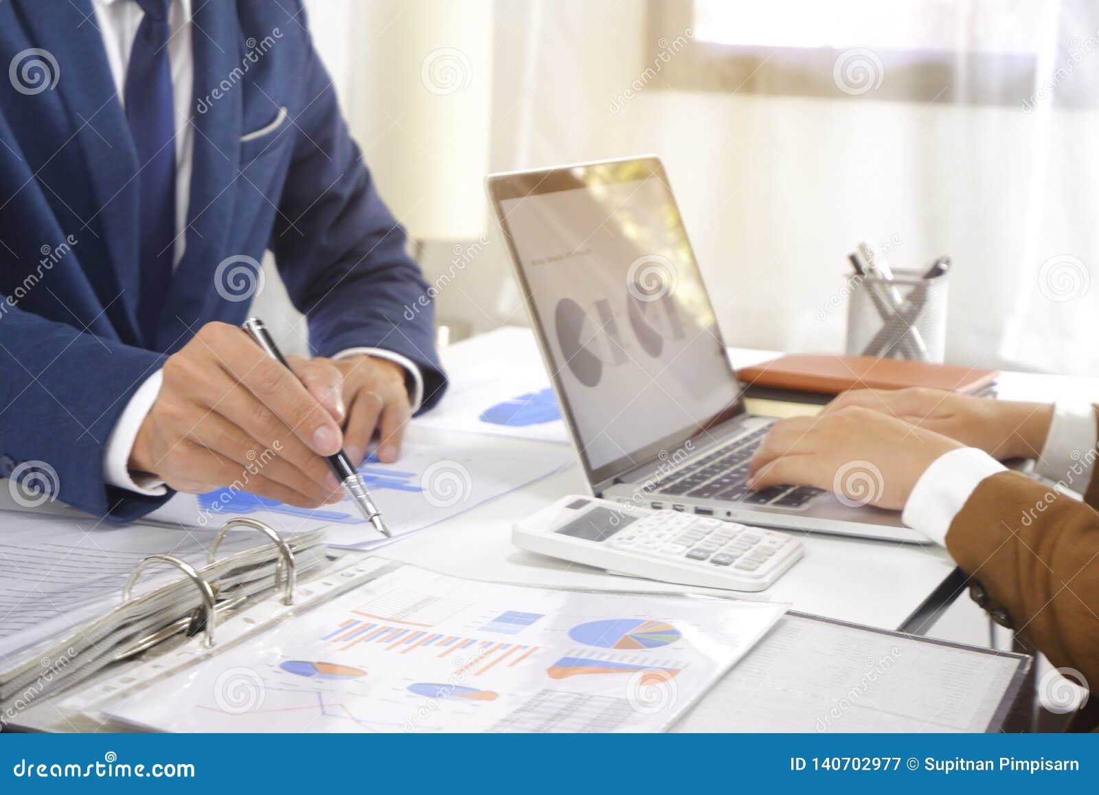 Hommes d affaires rencontrant l idée de conception, investisseur professionnel travaillant dans le bureau pour le nouveau projet