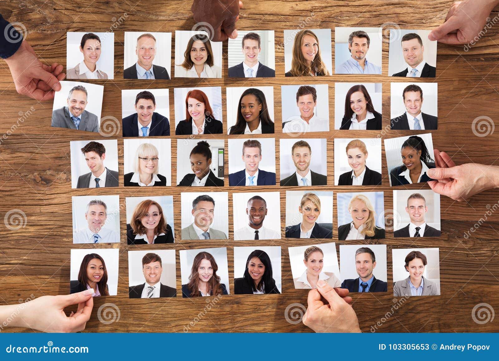 Hommes d affaires sélectionnant la photo de portrait de candidat