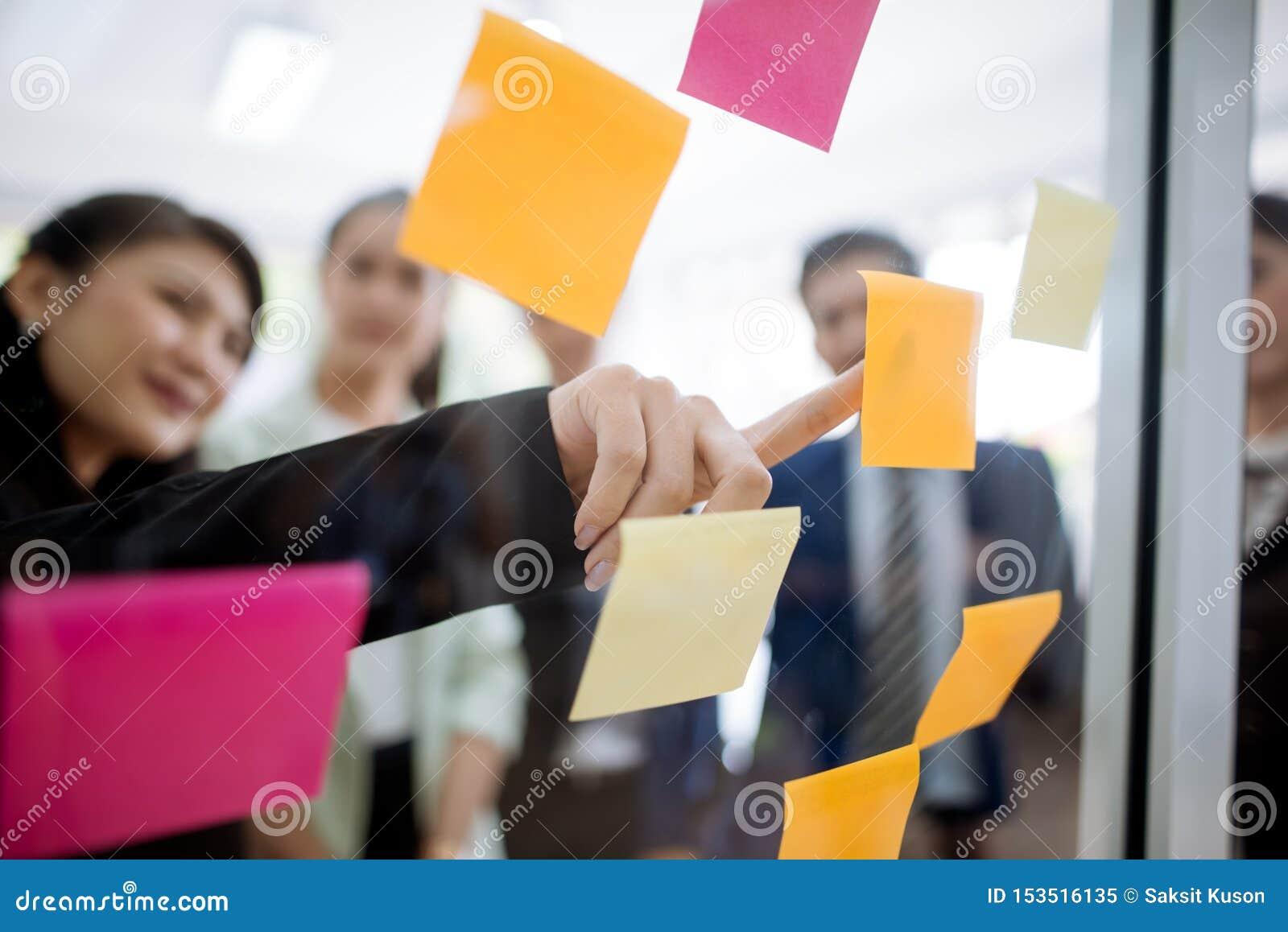 Hommes d affaires se réunissant au bureau et expliquant aux collègues au-dessus des notes collantes dans l atelier de stratégie d
