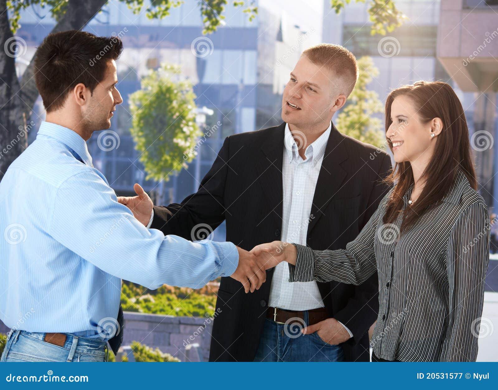 Hommes d affaires se réunissant en dehors de du bureau