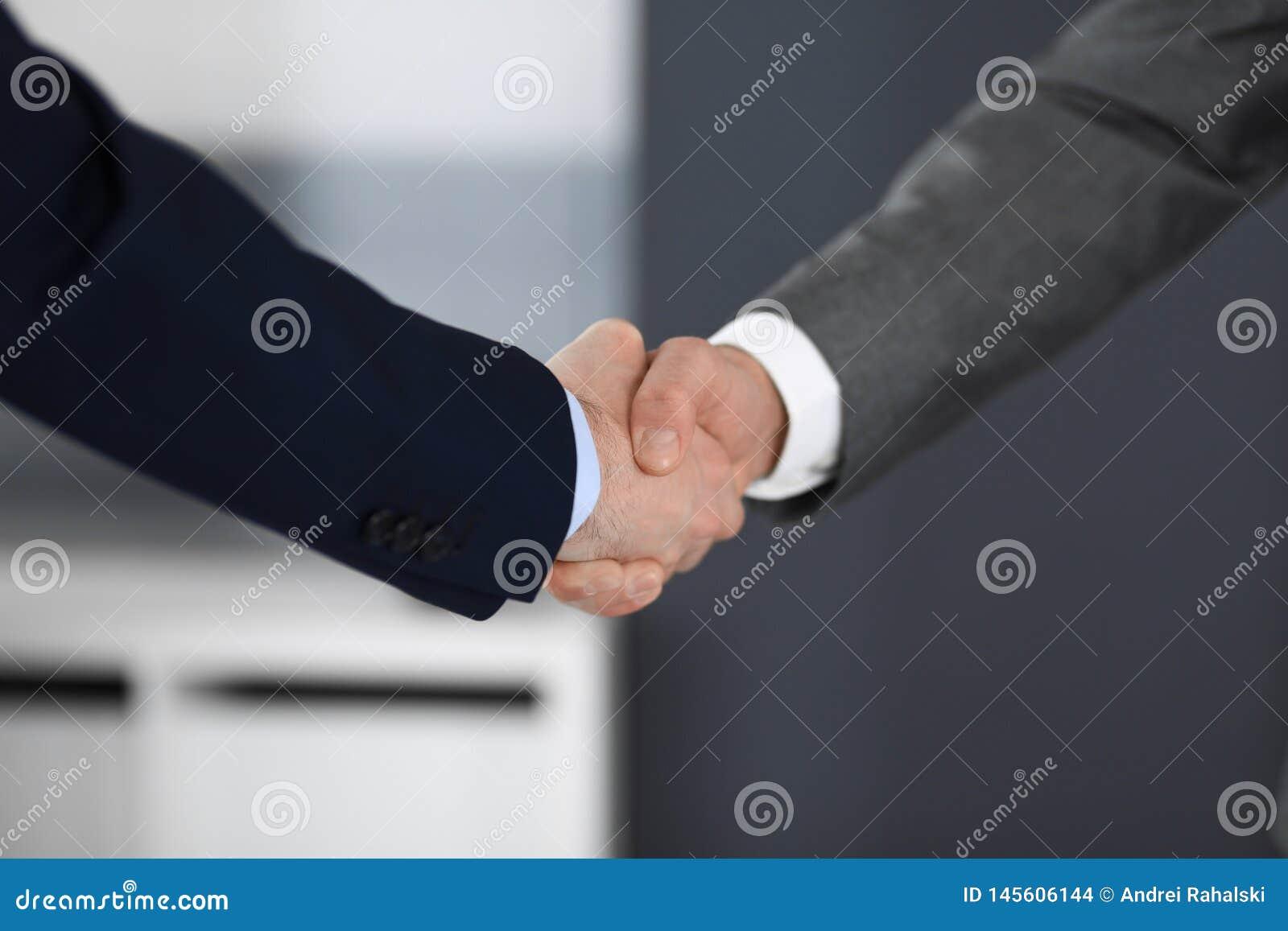 Hommes d affaires se serrant la main à se réunir ou à négociation dans le bureau moderne, plan rapproché Travail d équipe, associ
