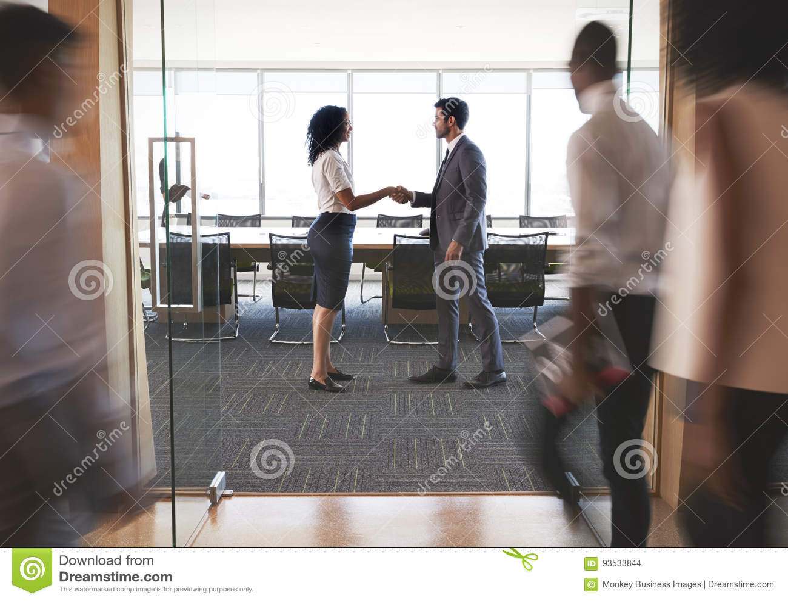 Hommes d affaires se serrant la main en entrée à la salle de réunion