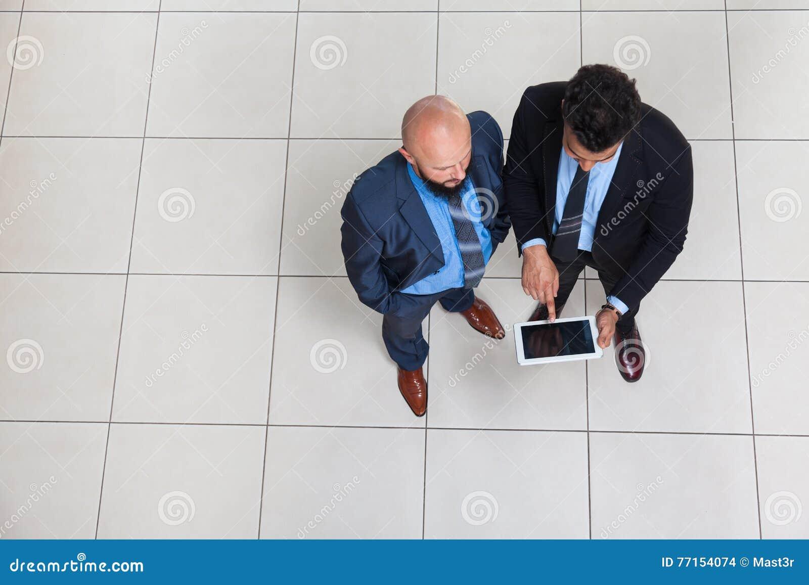 Hommes d affaires travaillant utilisant la tablette, position d homme des affaires deux