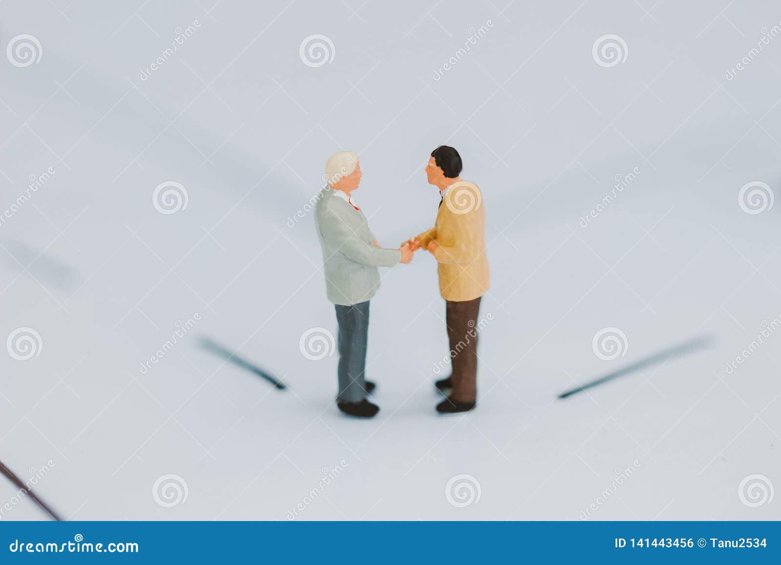 Hommes d affaires vérifiant la main
