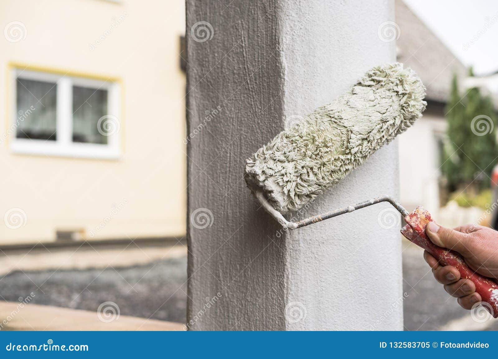 Maison Peinte En Blanc Exterieur hommes d'amélioration de chambre avec la colonne de peinture