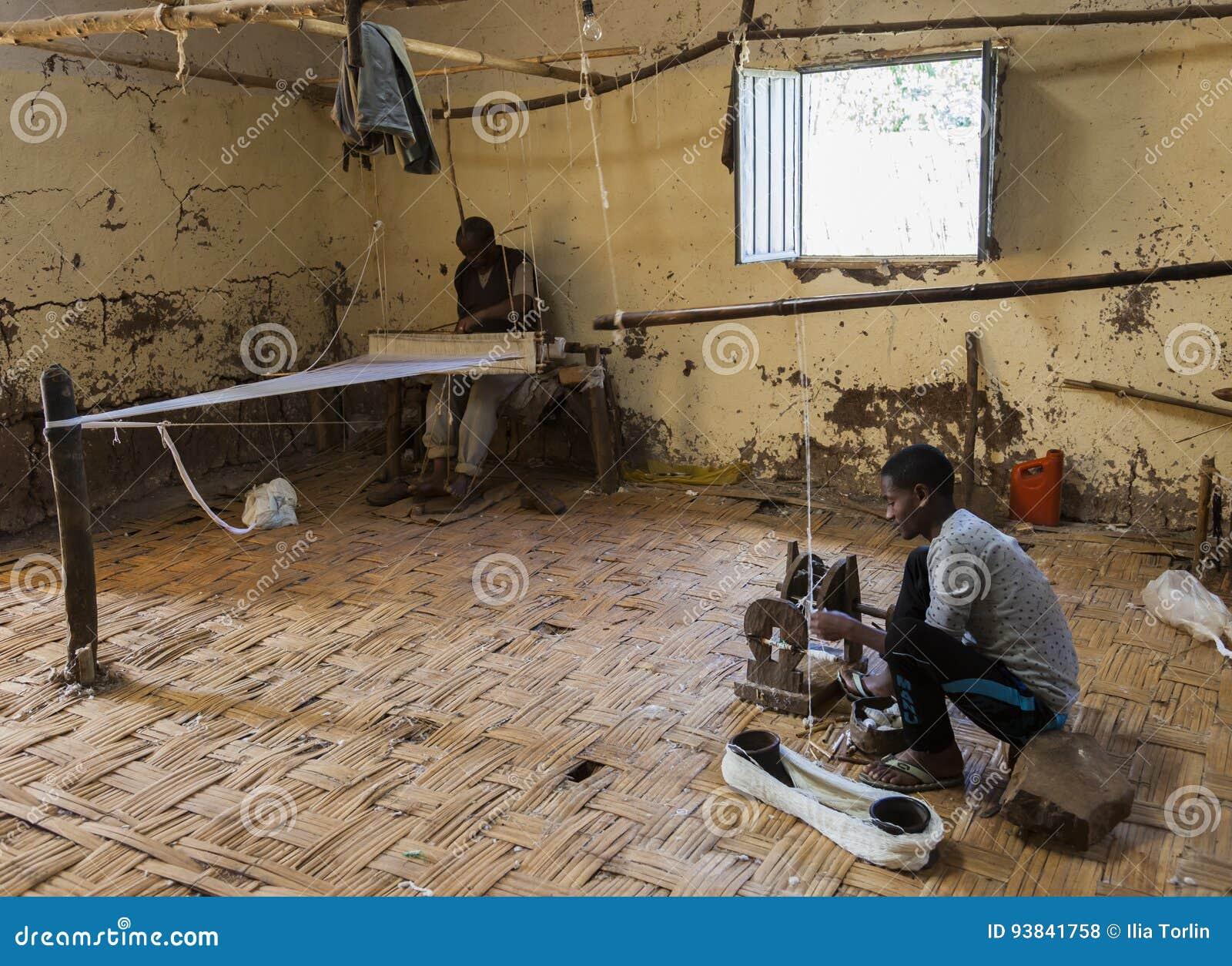 Hommes dans la maison de tissage traditionnelle de Dorze Village de Hayzo Dorze Et