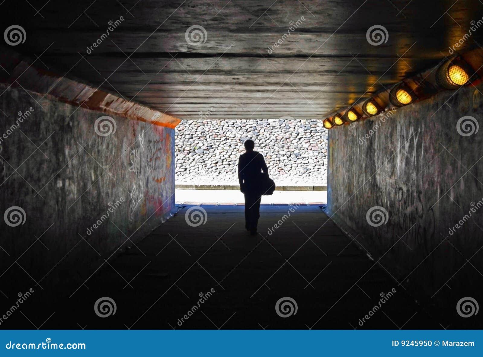 Hommes dans le tunnel foncé