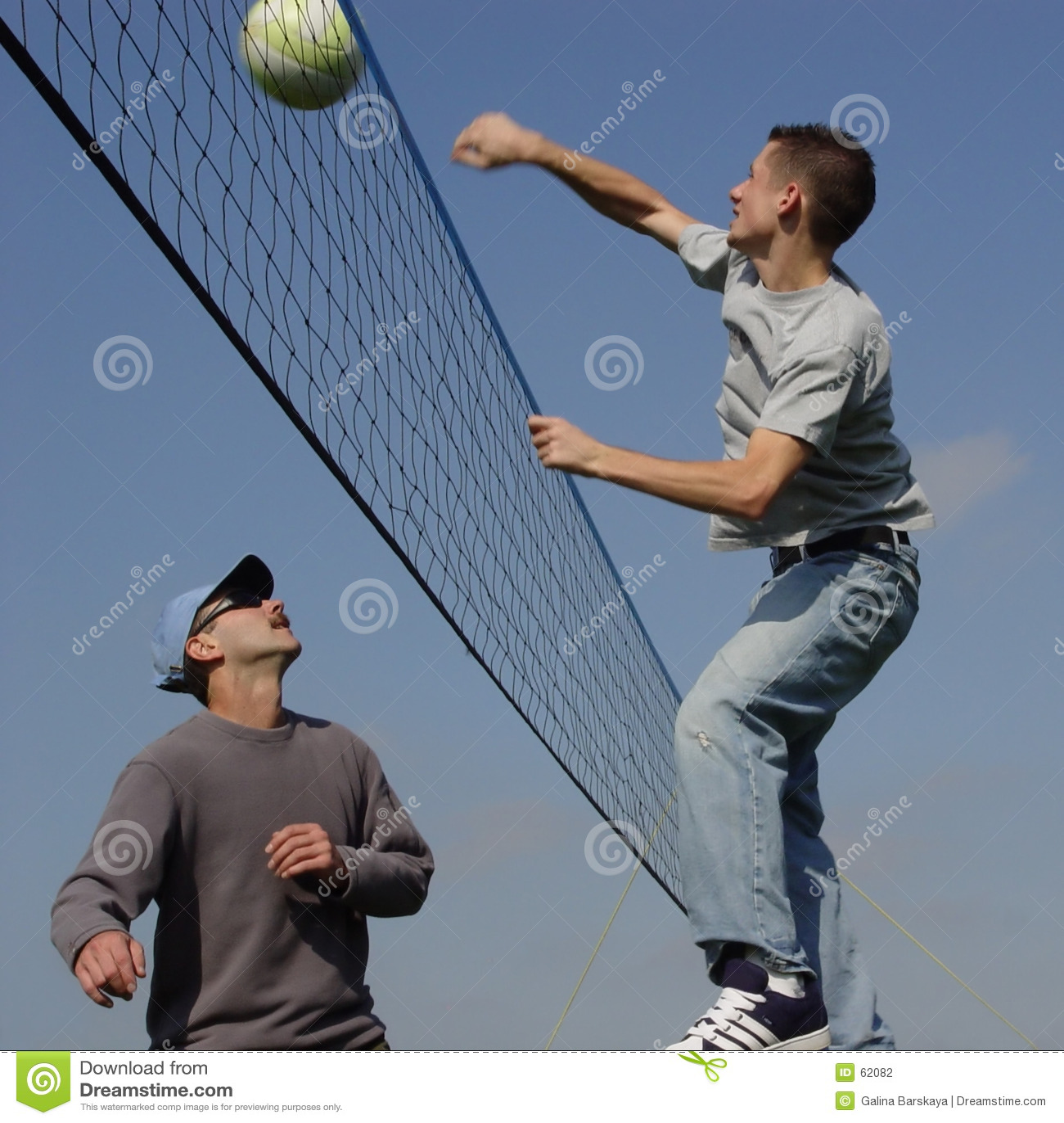 Hommes de couples jouant au volleyball