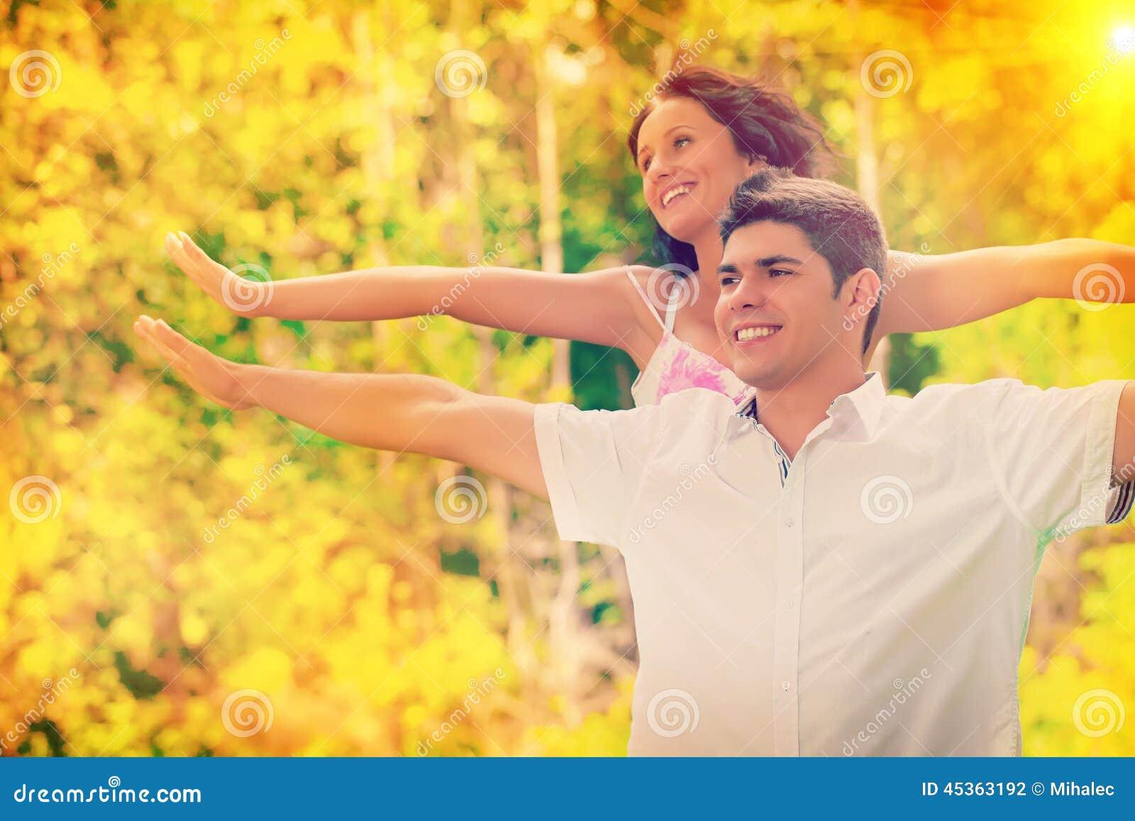 Hommes et femme jouant des couleurs de montant d instagram