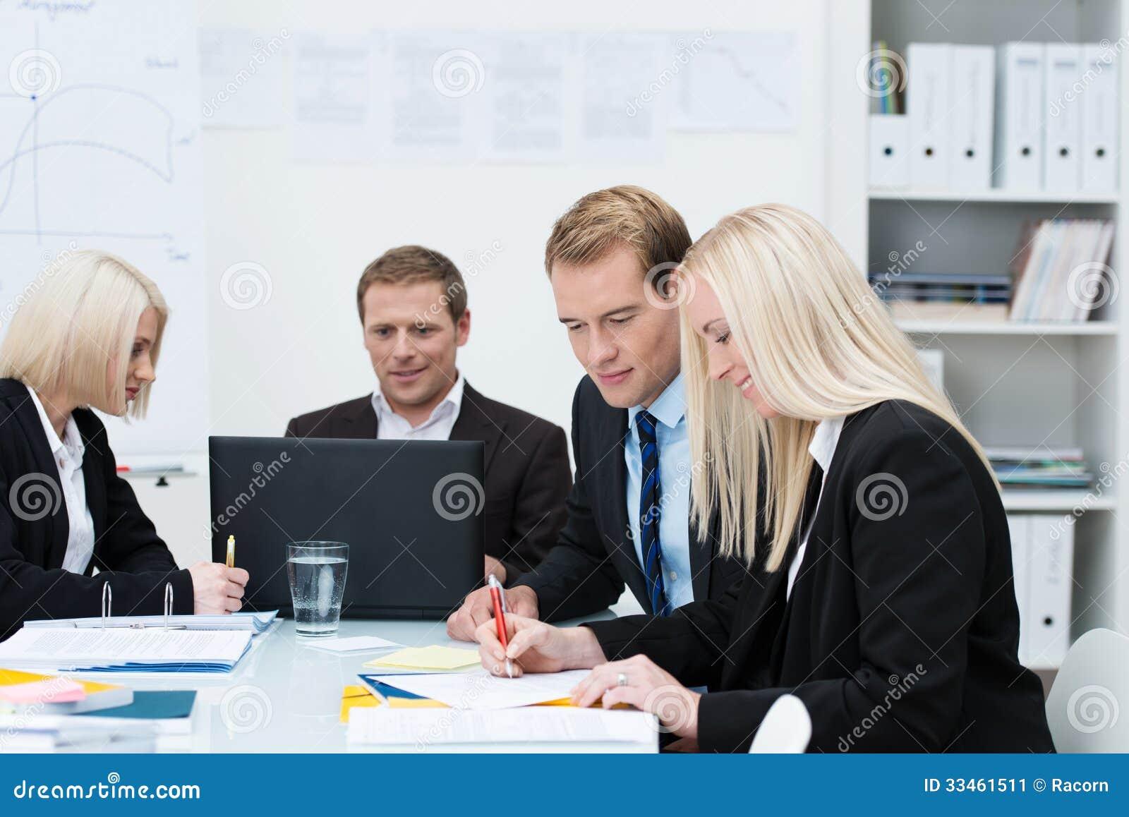 Hommes et femmes d affaires lors d une réunion