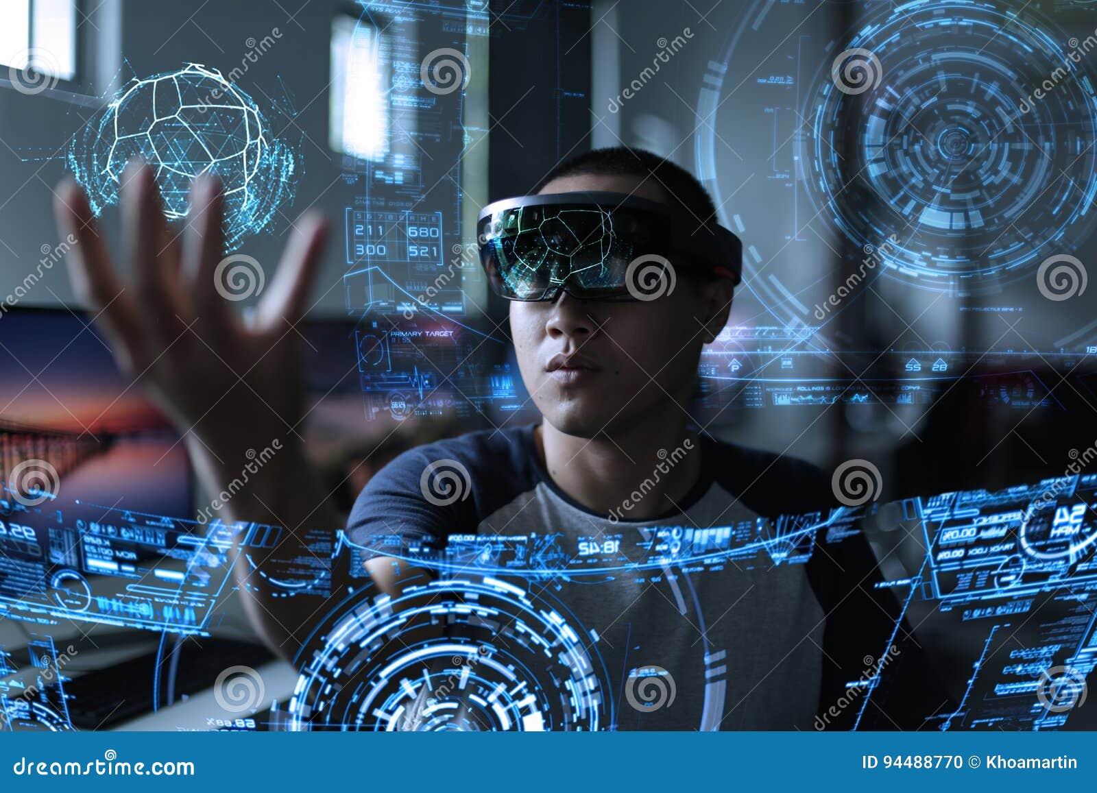 Hommes jouant la réalité virtuelle avec des hololens