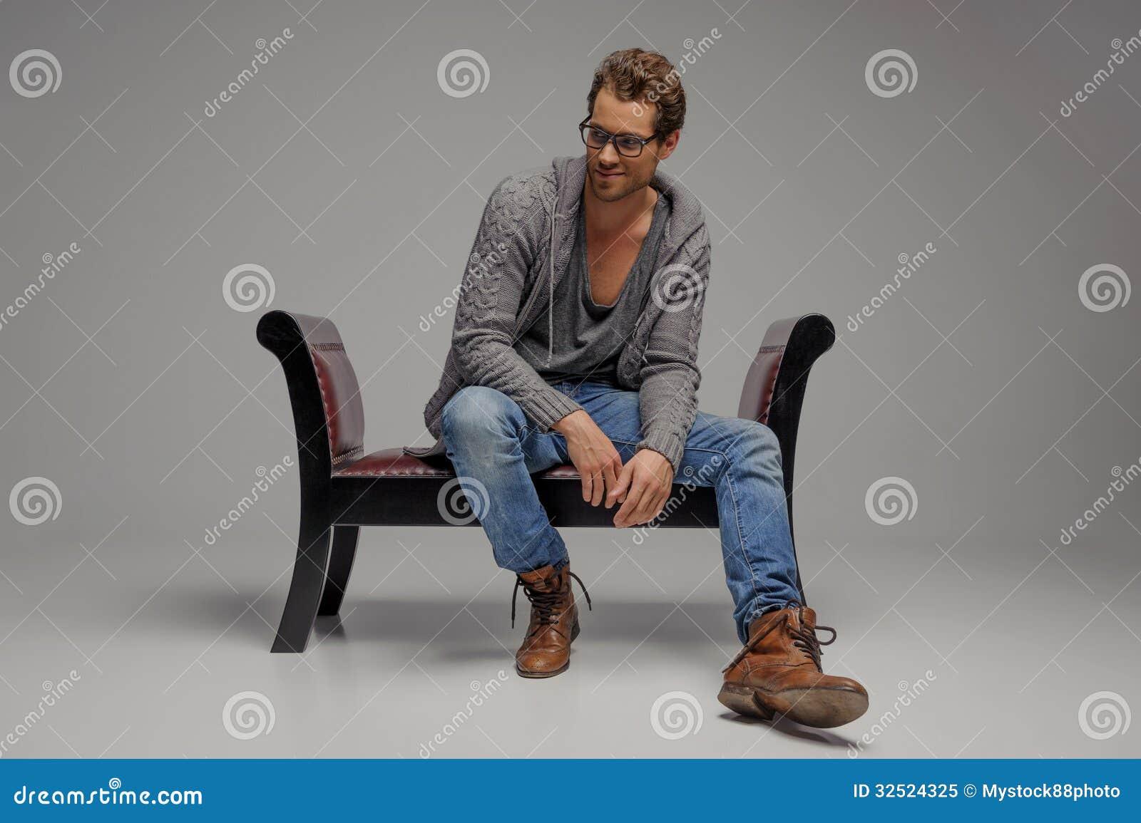 Hommes sur la chaise de vintage. Jeunes hommes beaux dans se reposer en verre