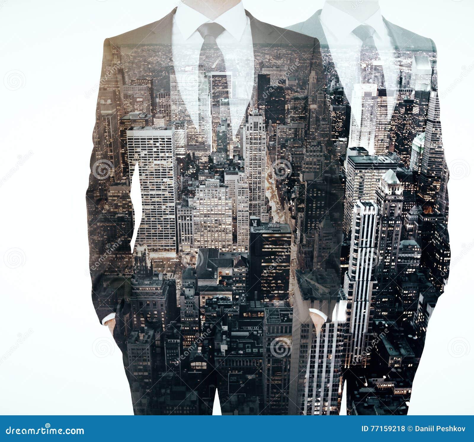 Hommes sur le multiexposure de fond de ville