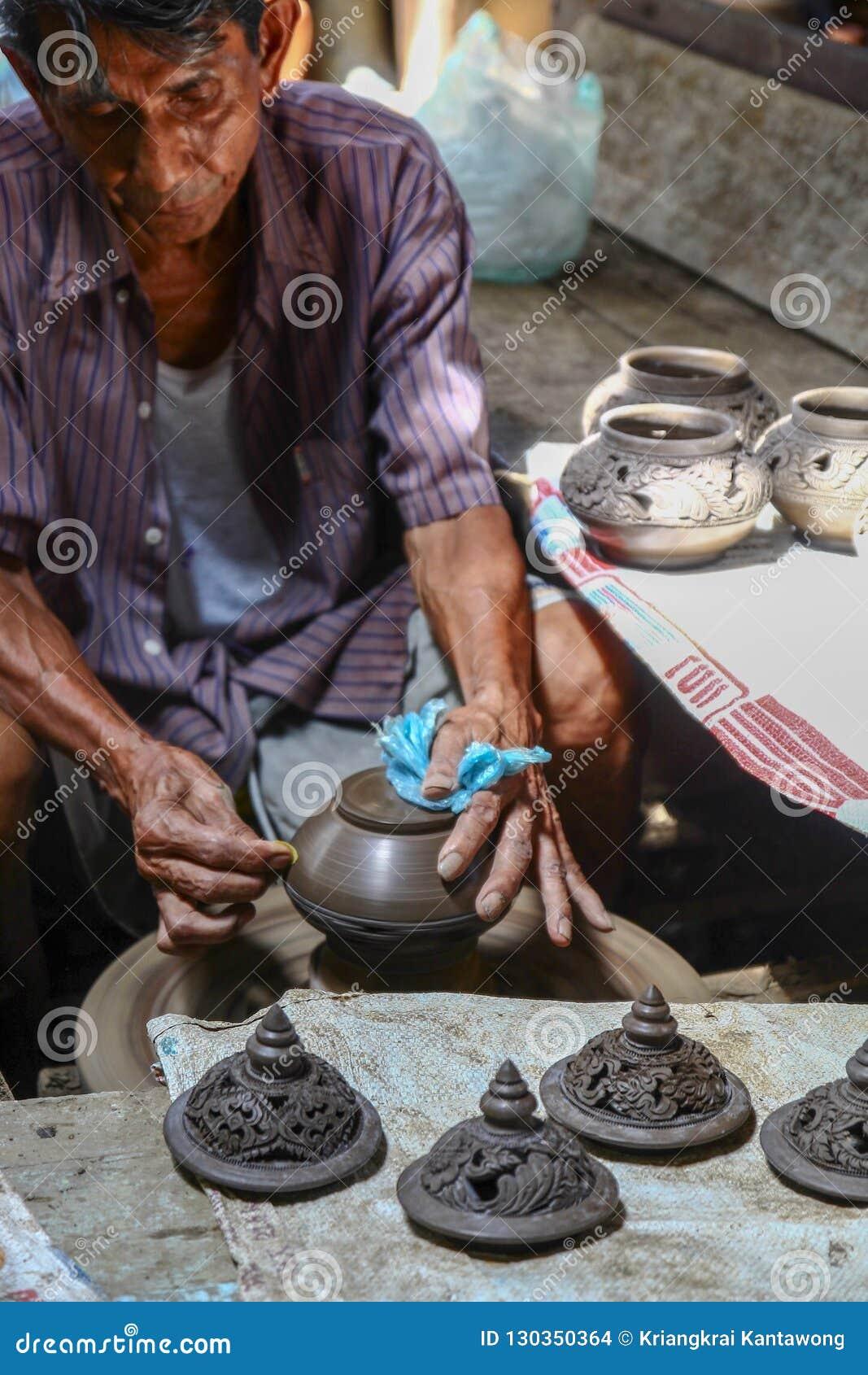 Hommes thaïlandais travaillant avec l artisan local faisant la poterie