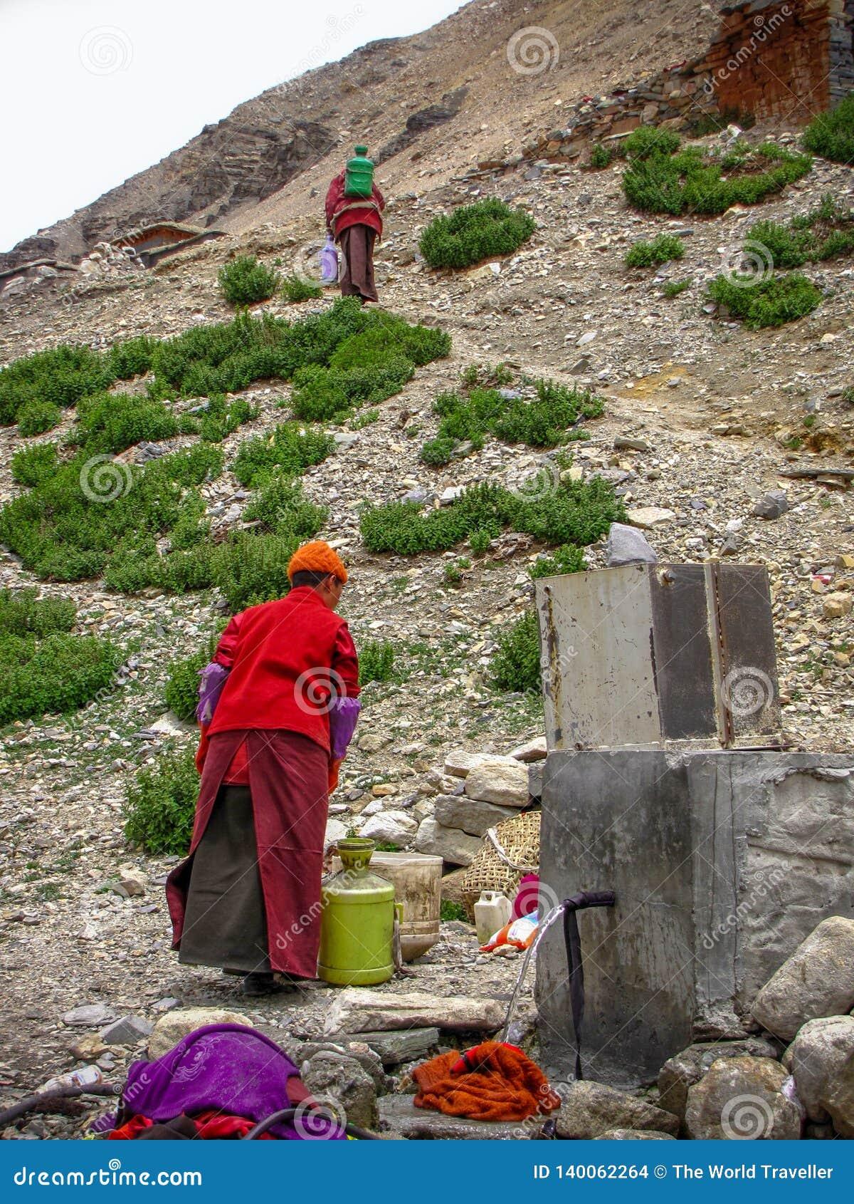 Hommes tibétains atteignant l eau un robinet, Rongbuk, Thibet, Chine