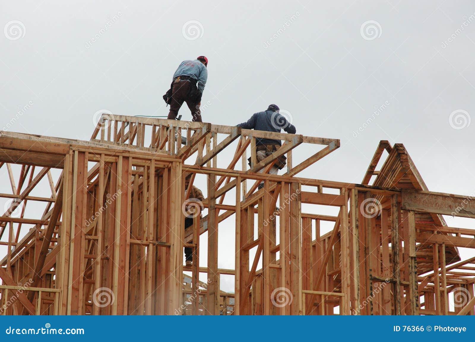 Hommes travaillant à la maison neuve
