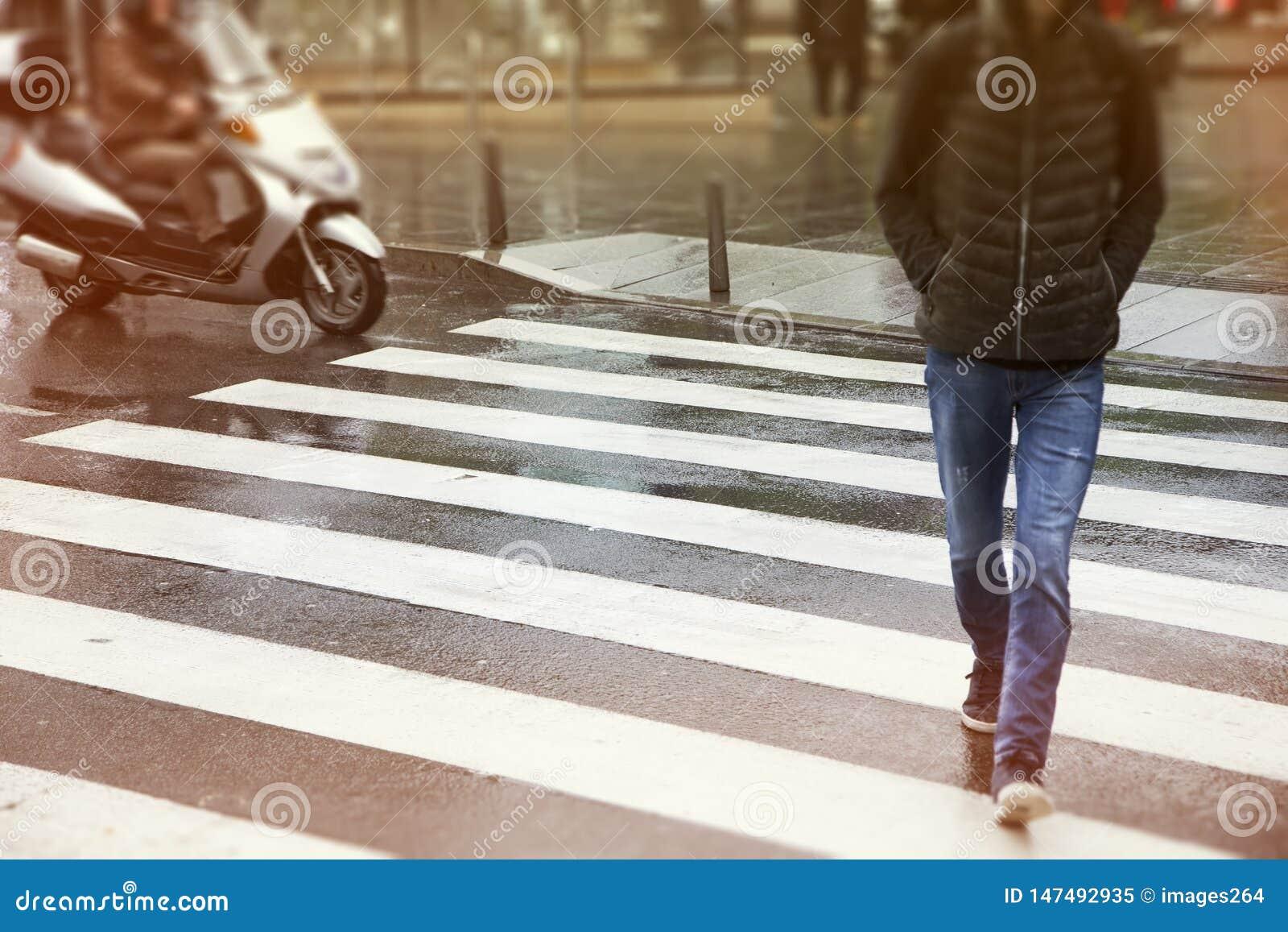 Hommes traversant la rue