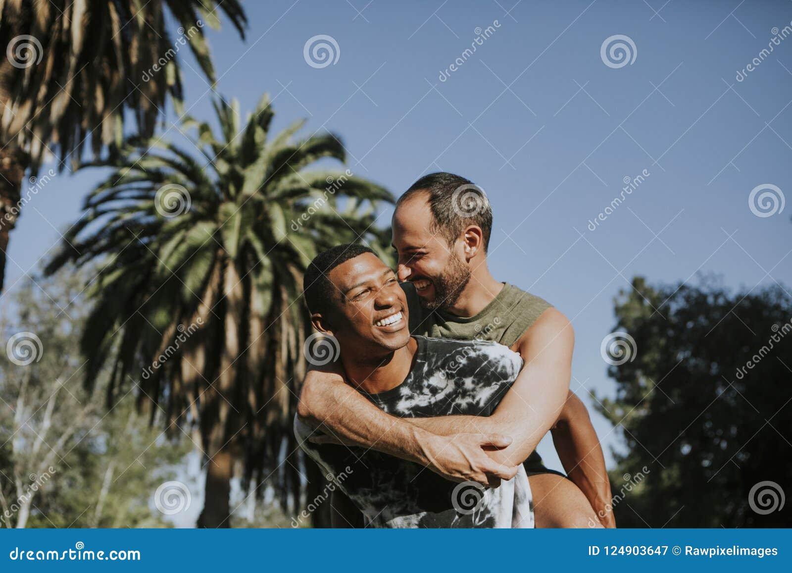 Homoseksualny pary przytulenie w parku
