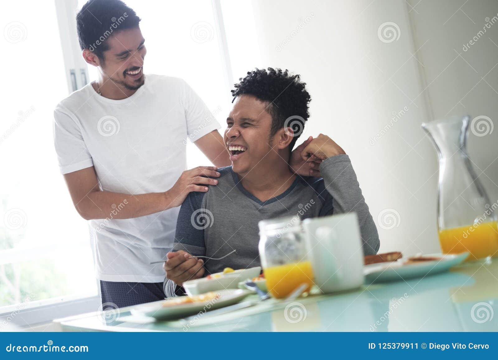 Homosexuelle Paare, die zu Hause Frühstück morgens essen