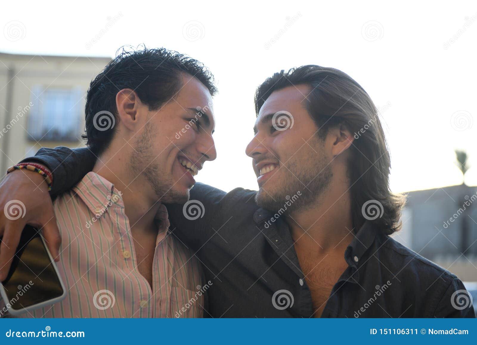 Homosexuelle Paare umfassten und nah schauend