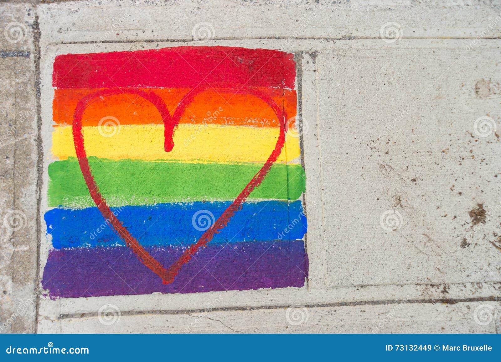 Homosexuelle Regenbogenflagge und rotes Herz